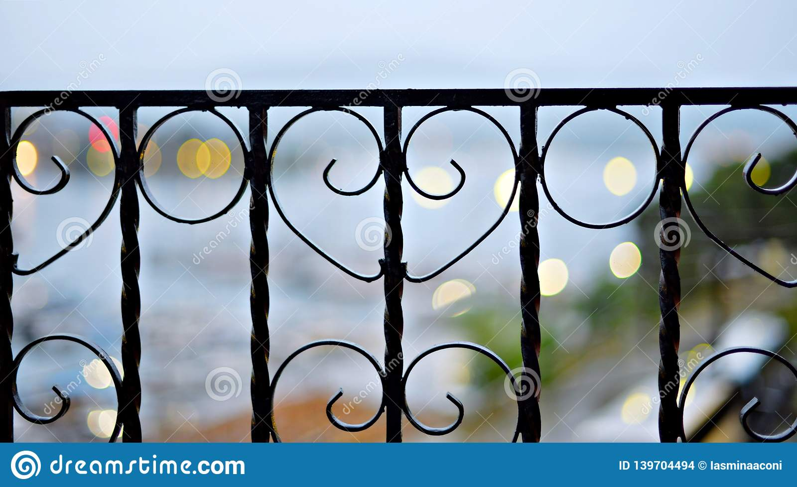 Barrière noire en métal, plan rapproché décoratif de fonte