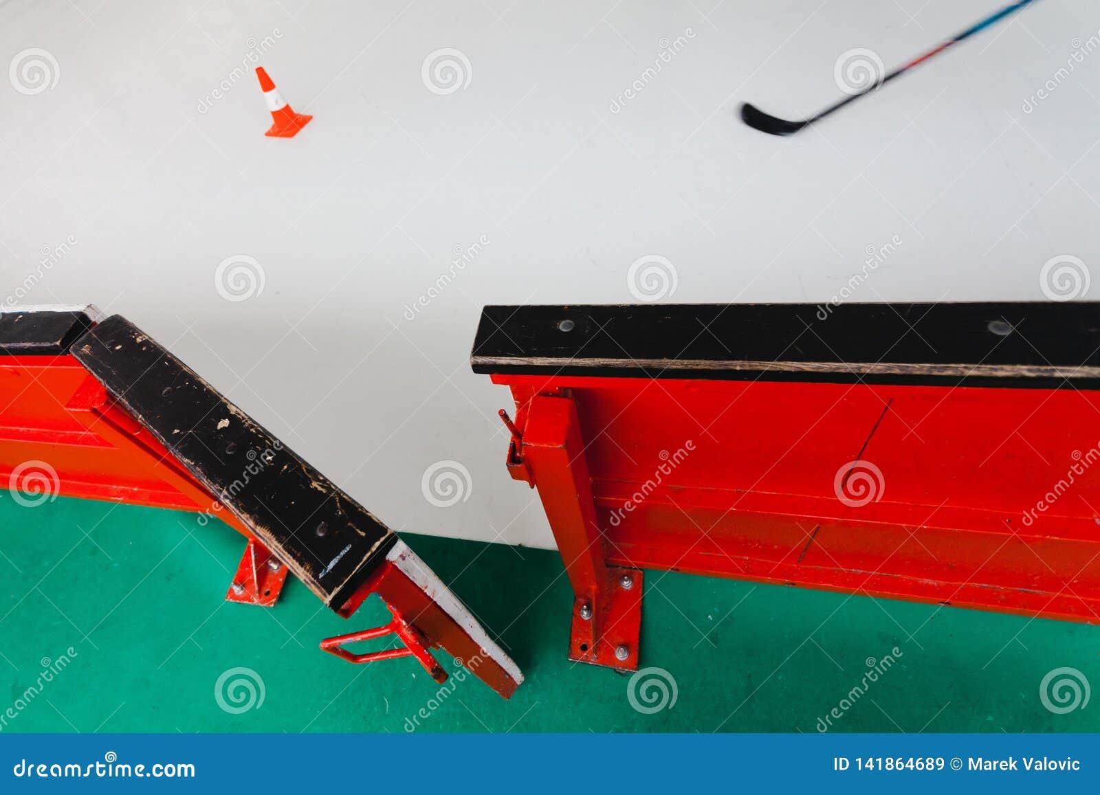 Barrière ouverte d hockey sur le stade - partons pour former le match d hockey