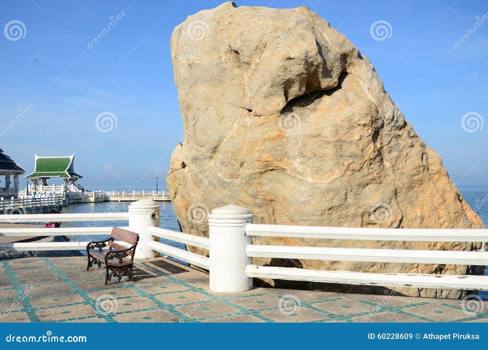 Barrières blanches et grande pierre