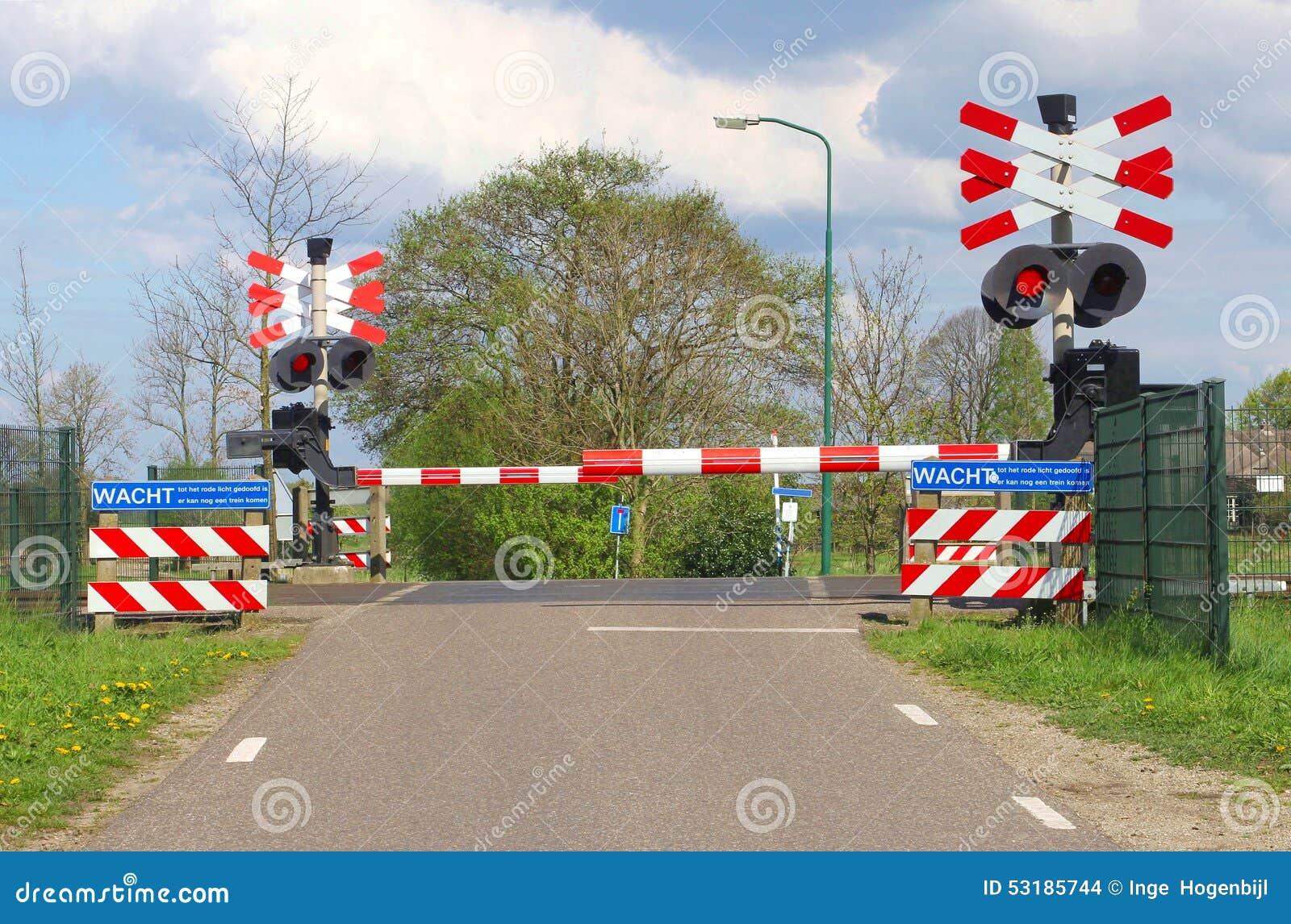 Barrières fermées de chemin de fer à un passage à niveau dans le polder, Pays-Bas