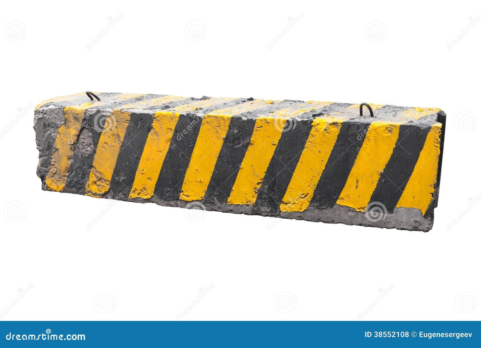 Barriera nera e gialla a strisce della strada cementata