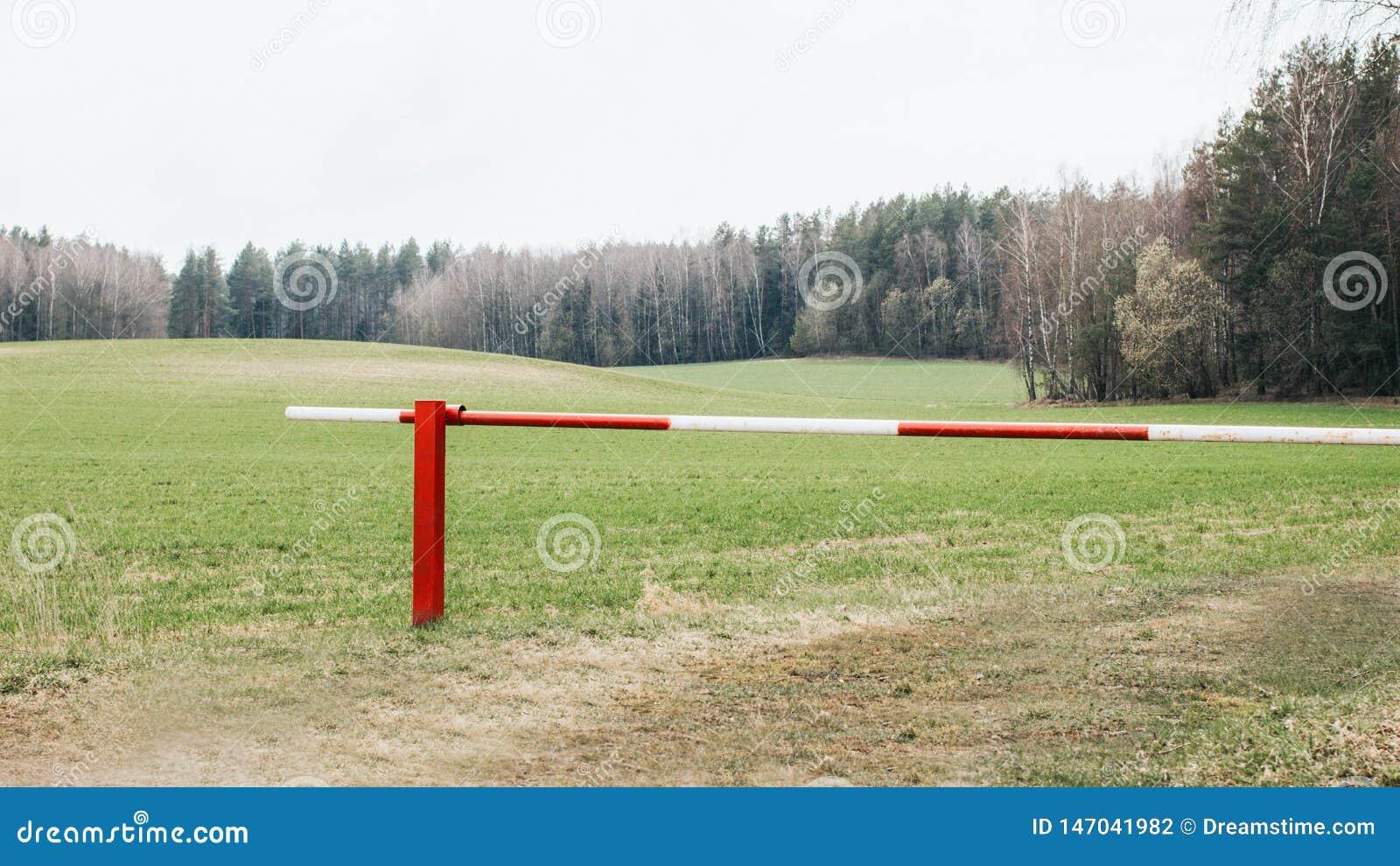 Barriera rossa e bianca chiusa all entrata della foresta