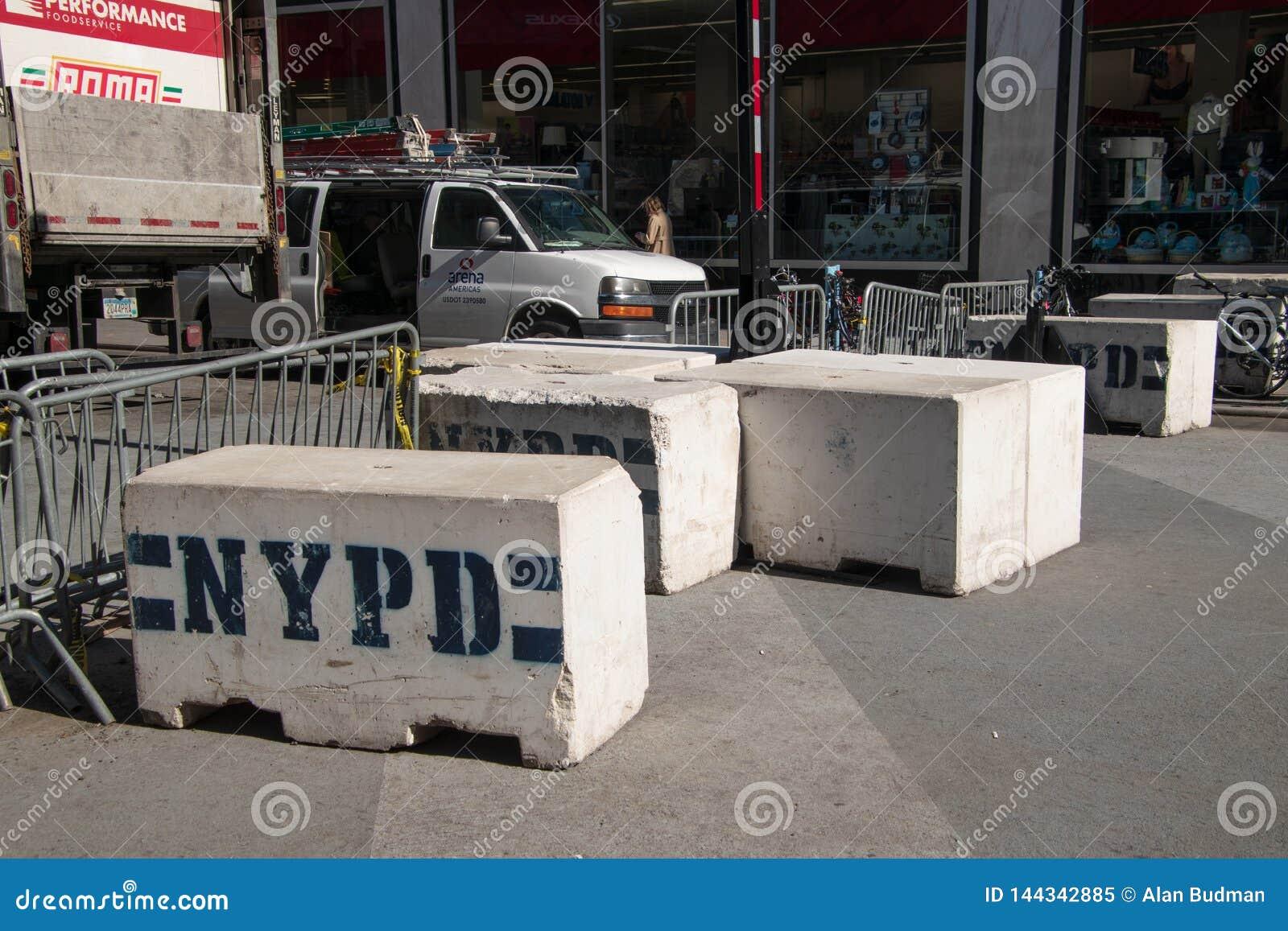 Barriere della via di NYPD del metallo e del calcestruzzo su una via di Manhattan New York vicino ad un commissariato di polizia