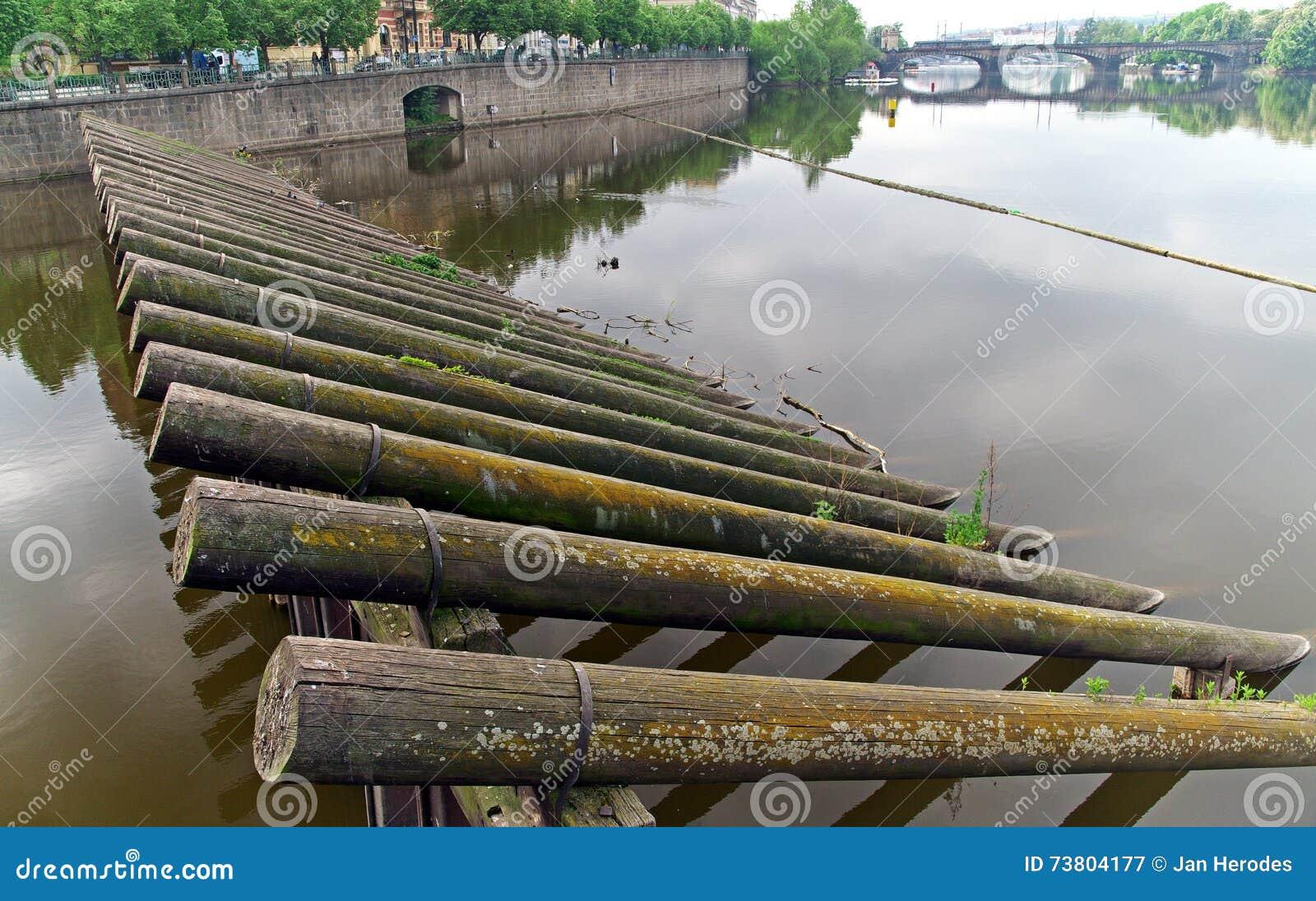 Barriere Di Legno Sul Fiume Fotografia Stock - Immagine: 73804177