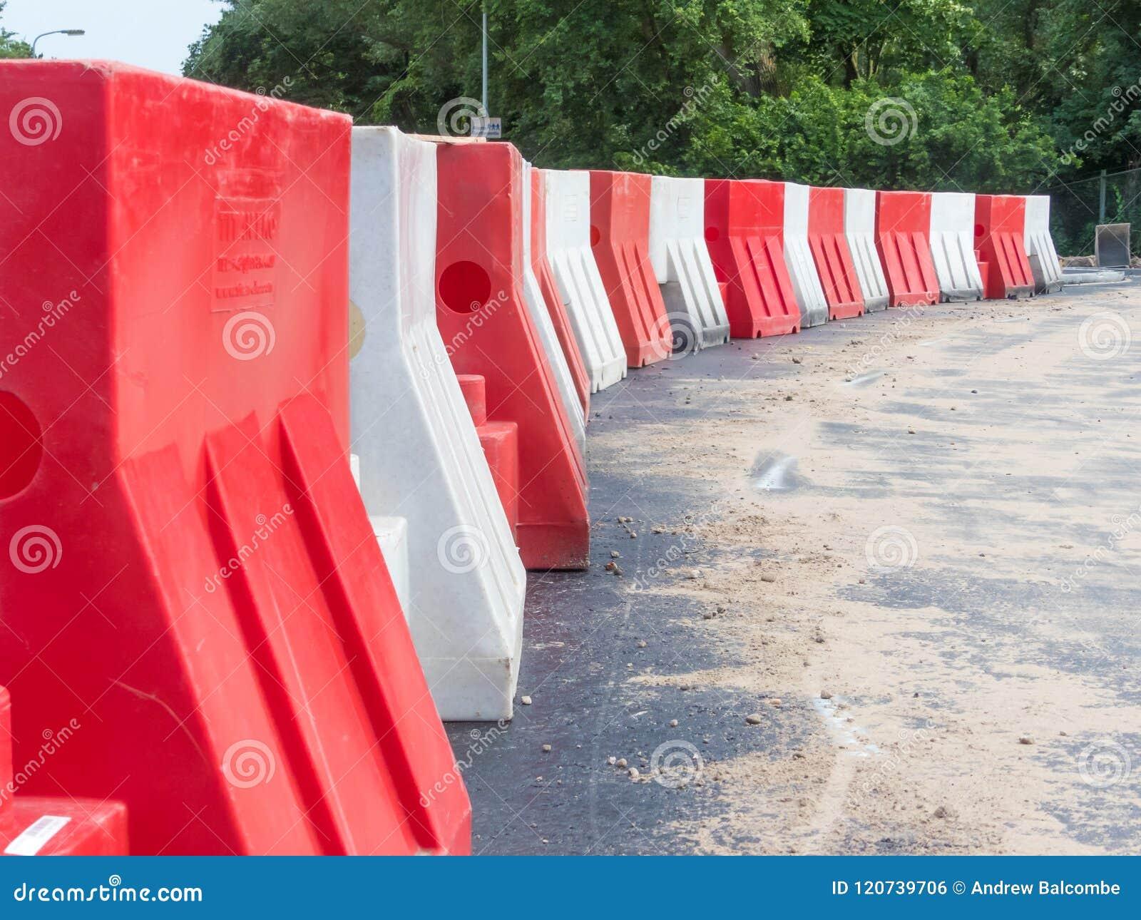 Barriere di plastica sulla strada recentemente costruita