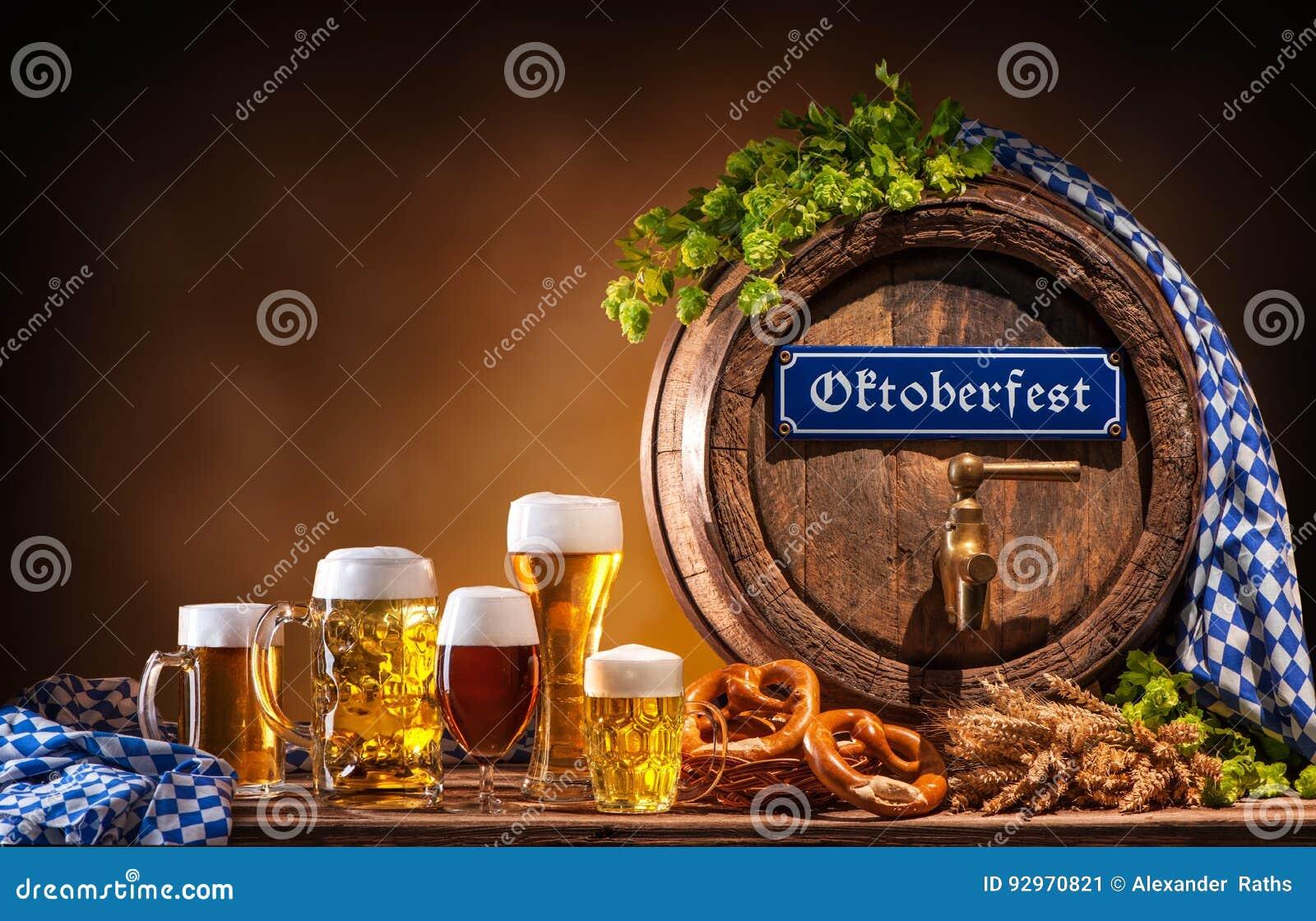 Barril de cerveza de Oktoberfest y vidrios de cerveza