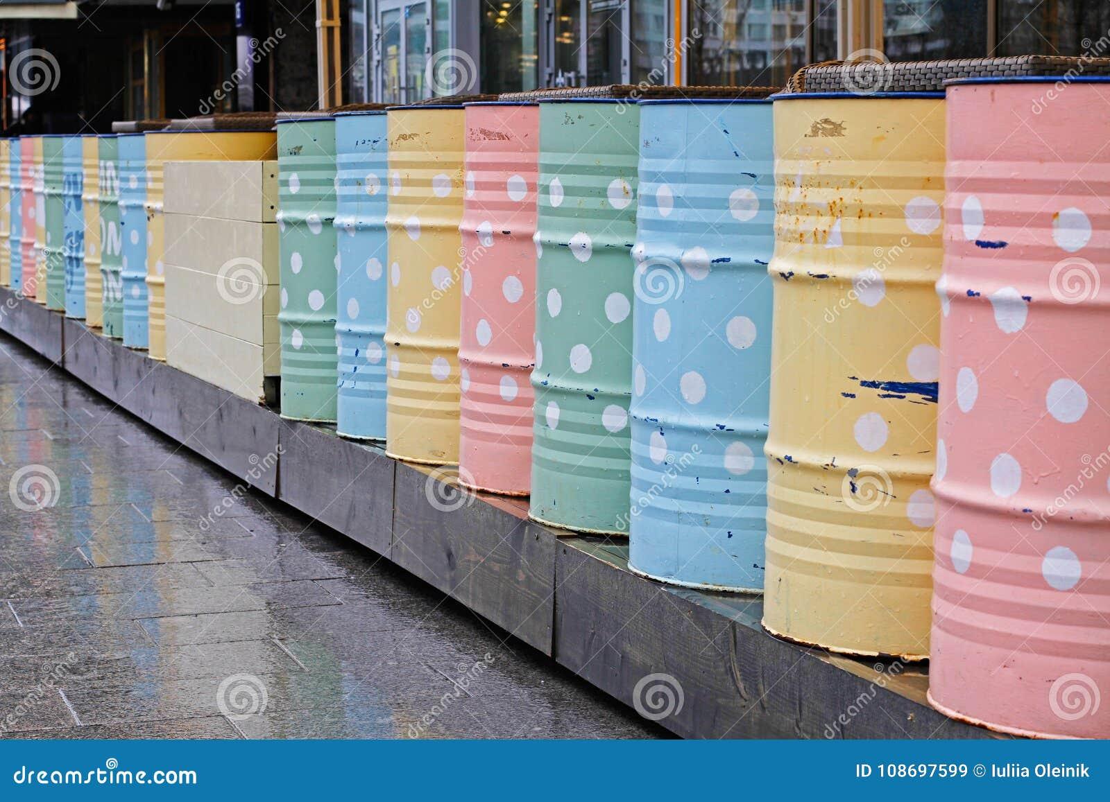 Barriles Coloridos Del Metal Para La Decoración Imagen De