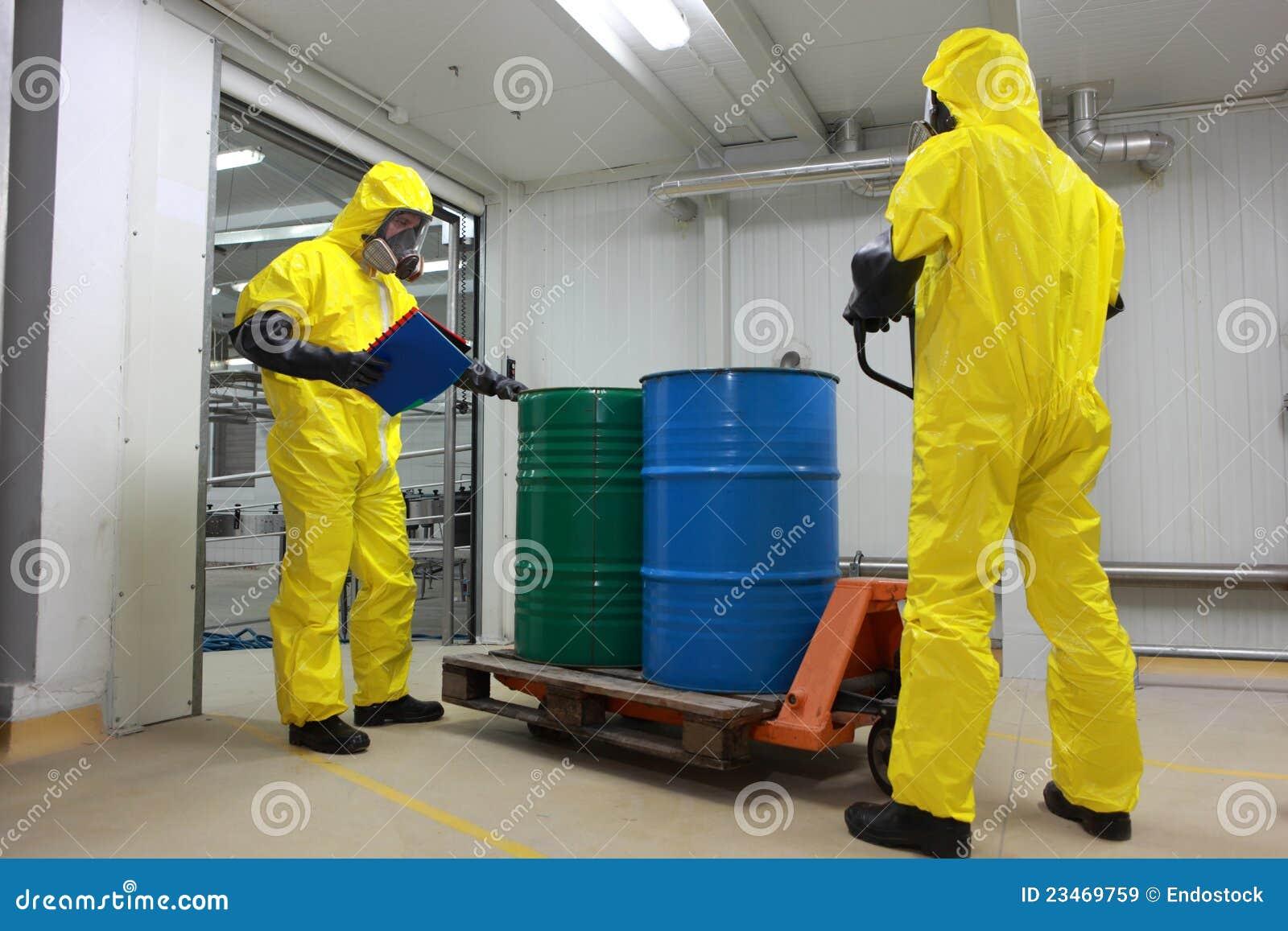 Barriles con salida de los productos químicos