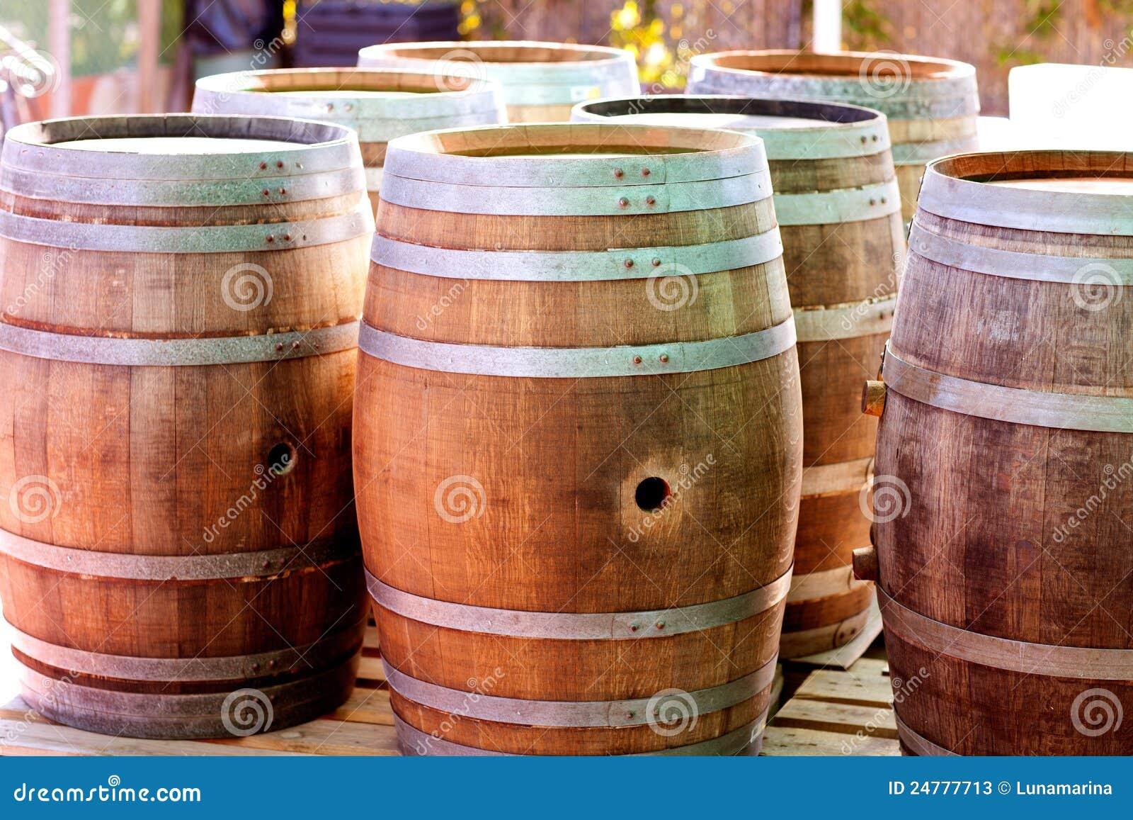 Barriles de madera de roble para el vino o el licor fotos for Barriles de madera bar