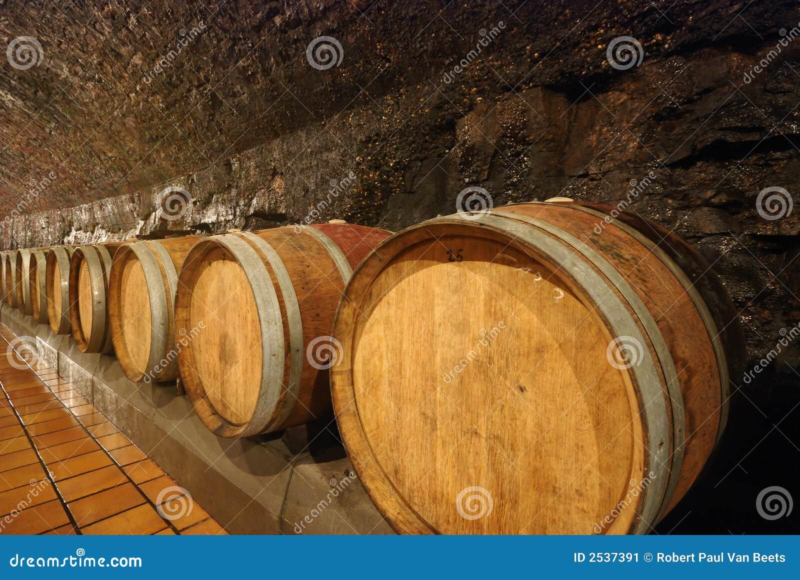 Barriles de vino de madera viejos imagen de archivo for Barriles de madera bar