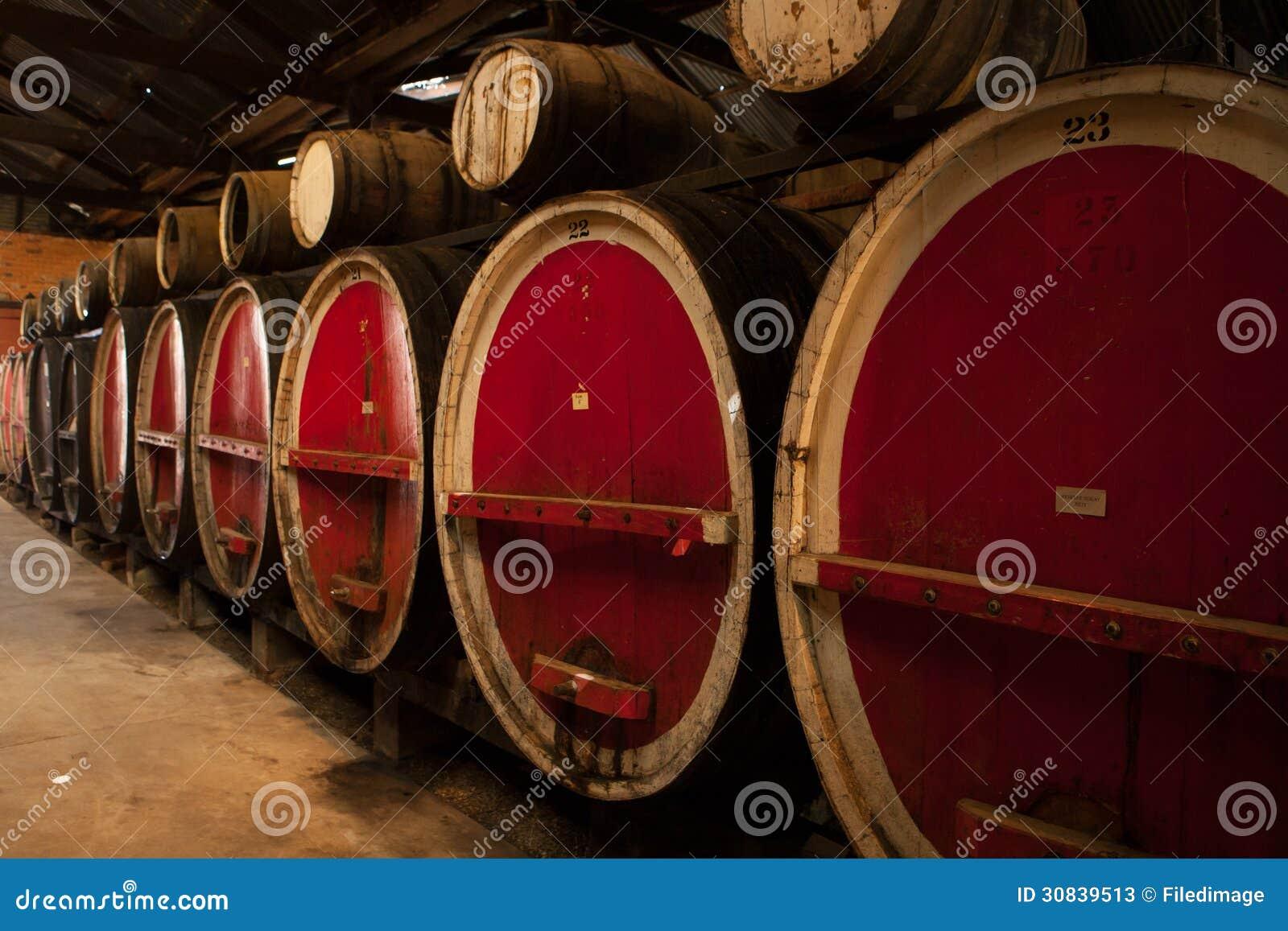 Barriles de vino en almacenamiento