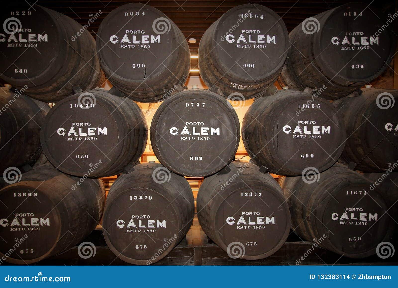Barriles de vino de Oporto de Calem en las cuevas en Oporto Portugal