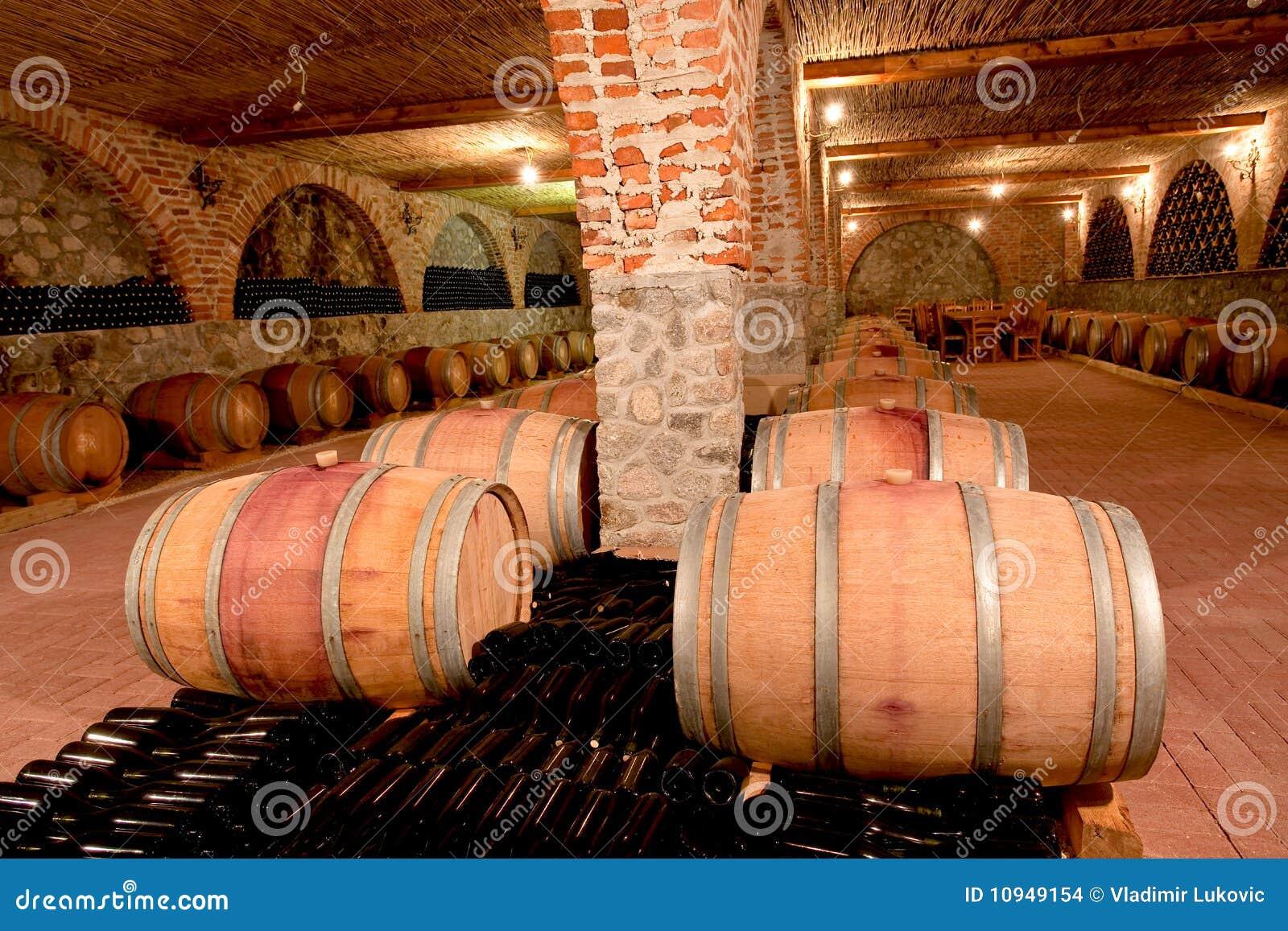 Barriles del gimoteo en un sótano