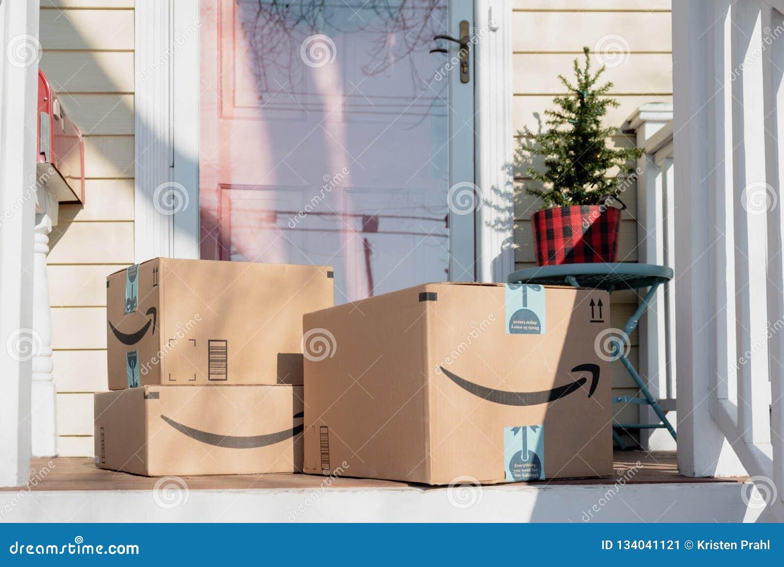 Barrington, IL/USA 12-08-2018 : Les paquets de vacances arrivent d Amazone