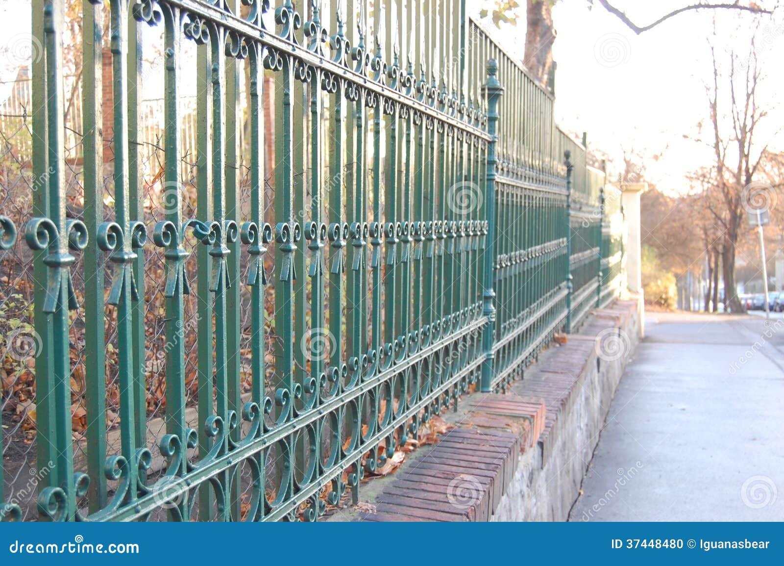 barri re en m tal avec la peinture verte photo stock image 37448480. Black Bedroom Furniture Sets. Home Design Ideas
