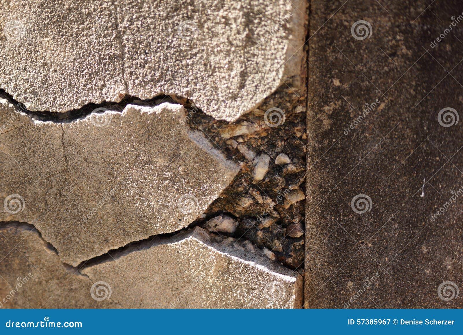 Barsten in concrete muur