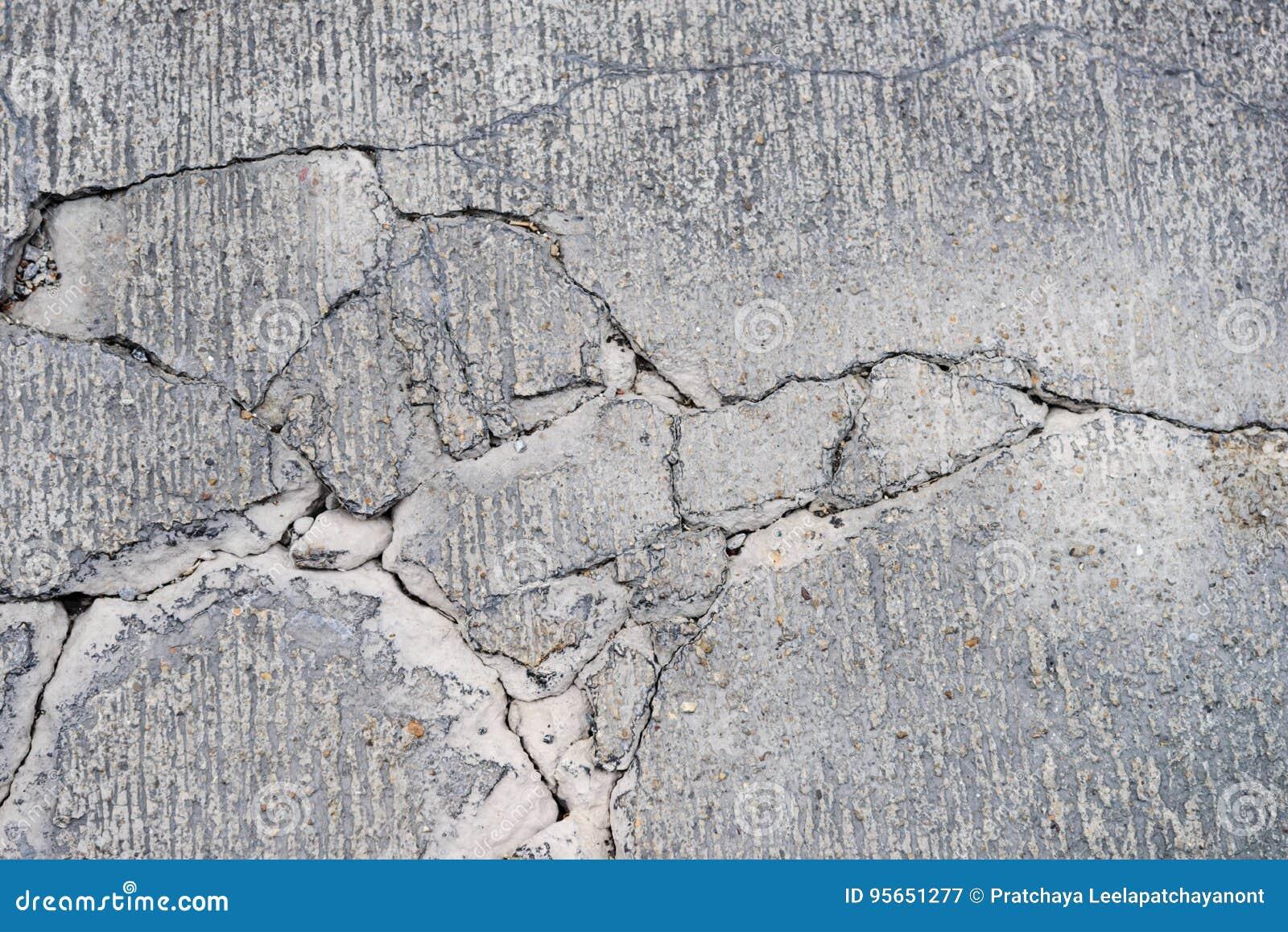 Barsten op betonweg