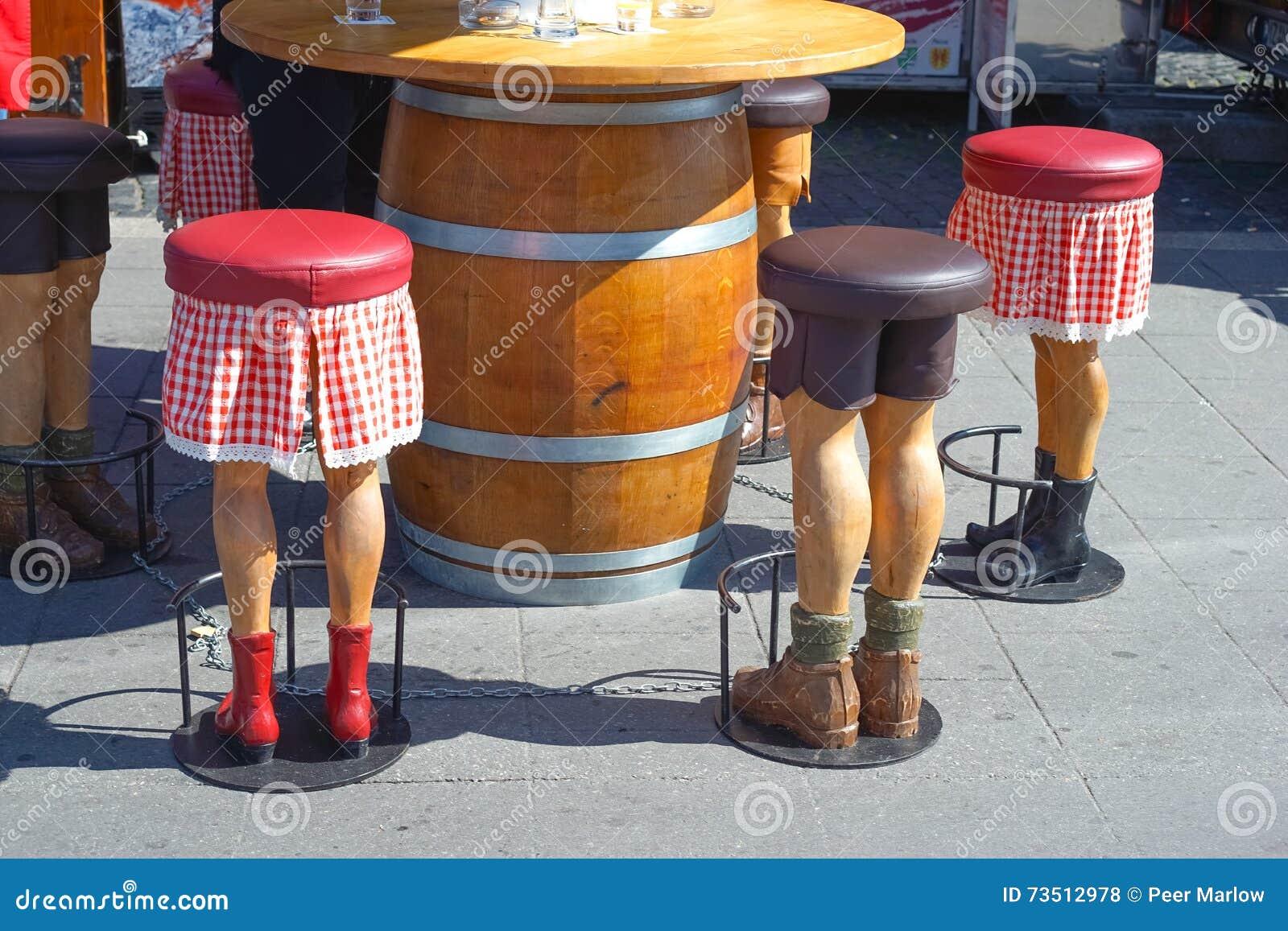 Barstool sotto forma di gambe umane divertenti fotografia stock