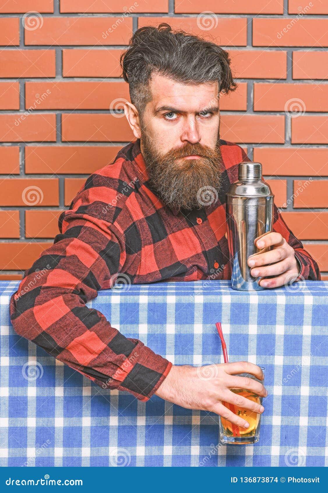 Bartender έννοια Μπάρμαν με τη μακριά γενειάδα και mustache και μοντέρνη τρίχα στον ακριβή δονητή εκμετάλλευσης προσώπου, που γίν