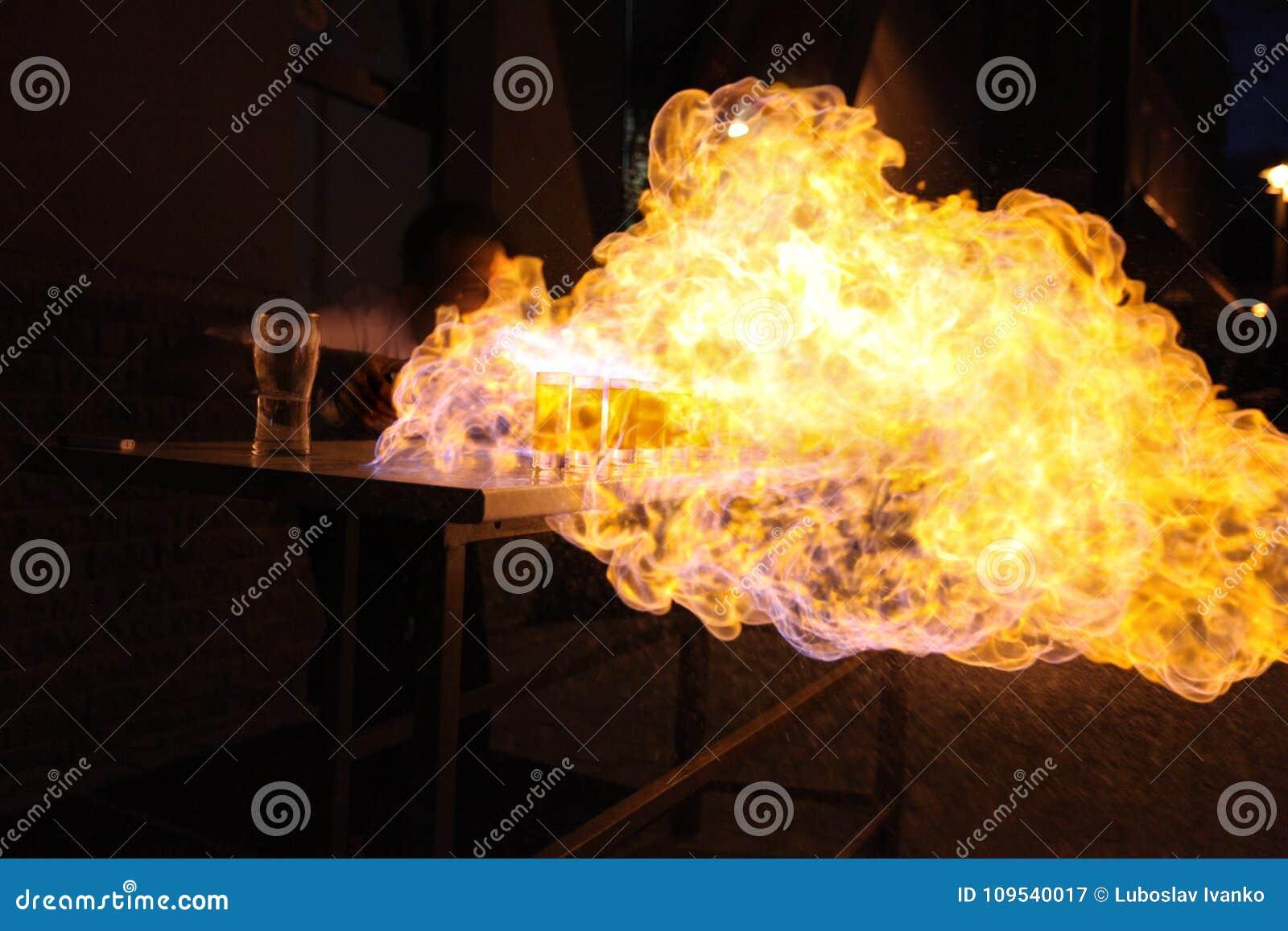 Bartender som kastar flamman på alkoholdrycker