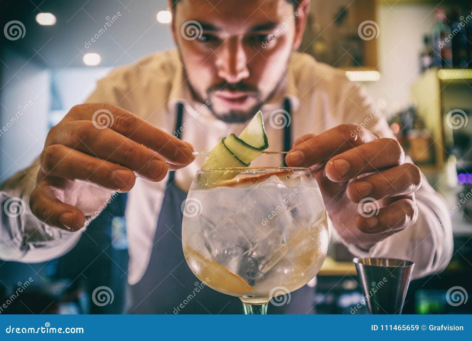 Bartendern dekorerar coctailen