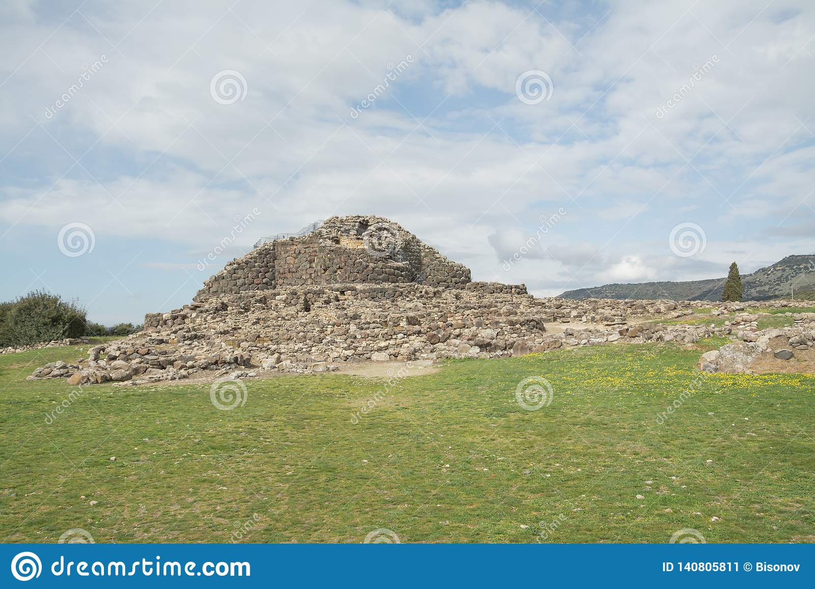 BARUMINI, Sardinige, Italië - Februari 23, 2019: De ruïnes van Su Nuraxi dichtbij Barumini in Sardinige