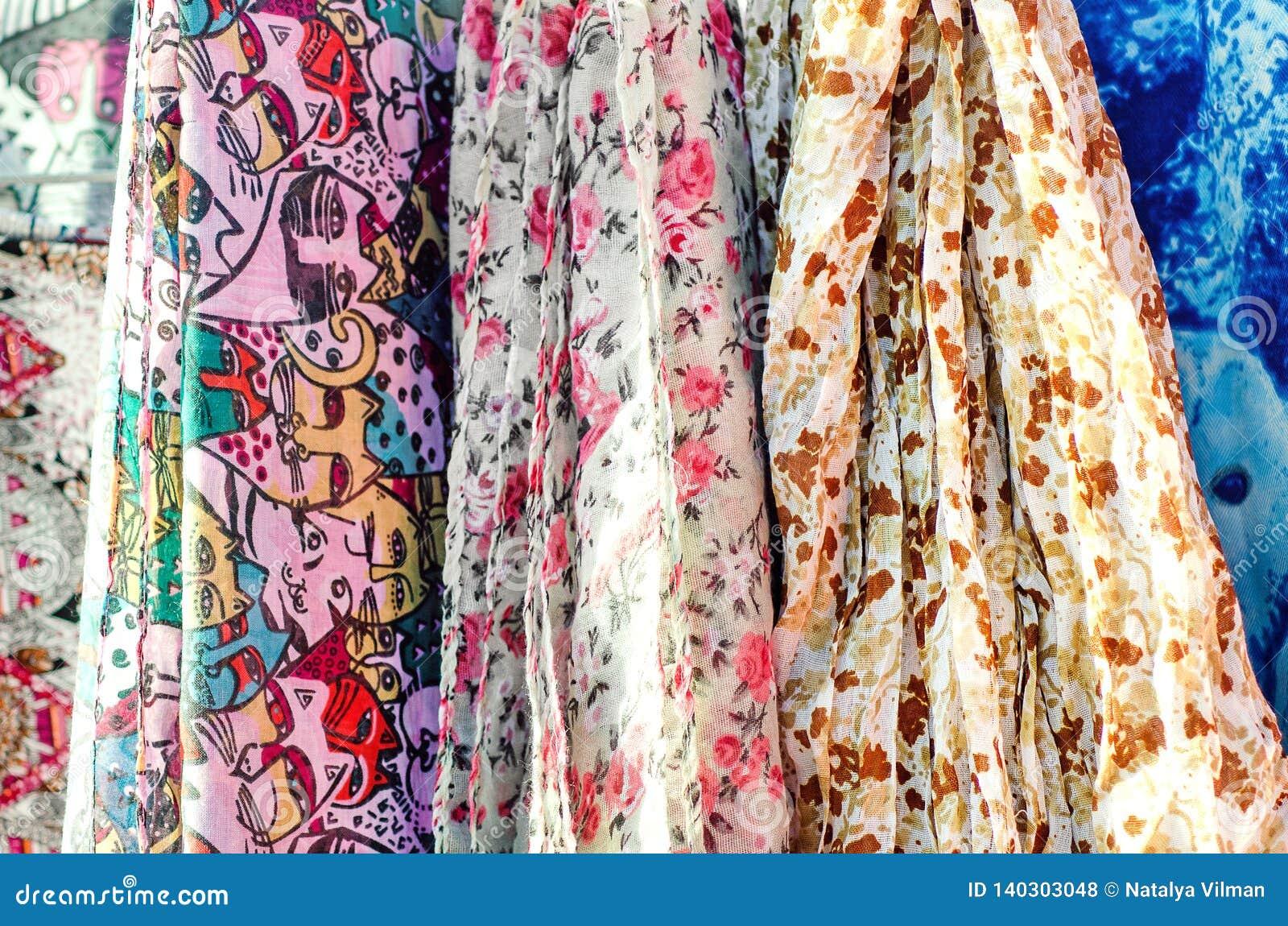 Barwiący tkanin scarves Zakończenie, selekcyjna ostrość