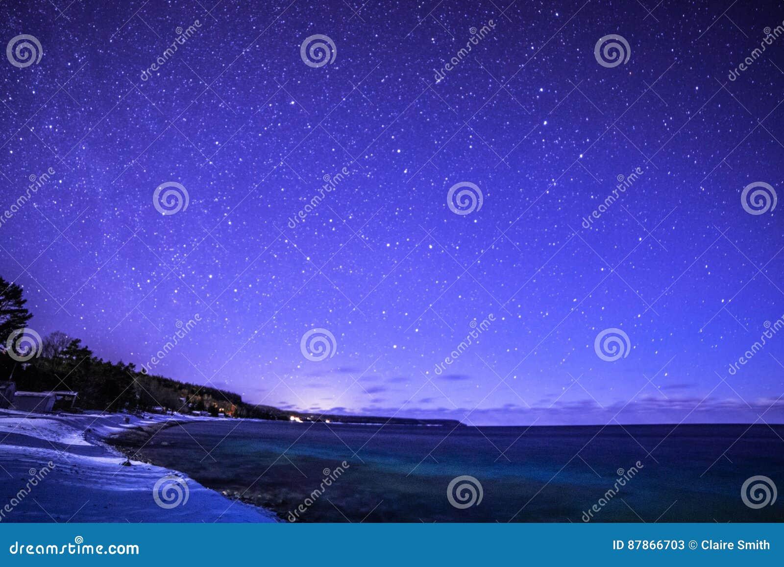 Barwiarki Trzymać na dystans przy nighttime z milky sposobem, Bruce półwysep i gwiazda