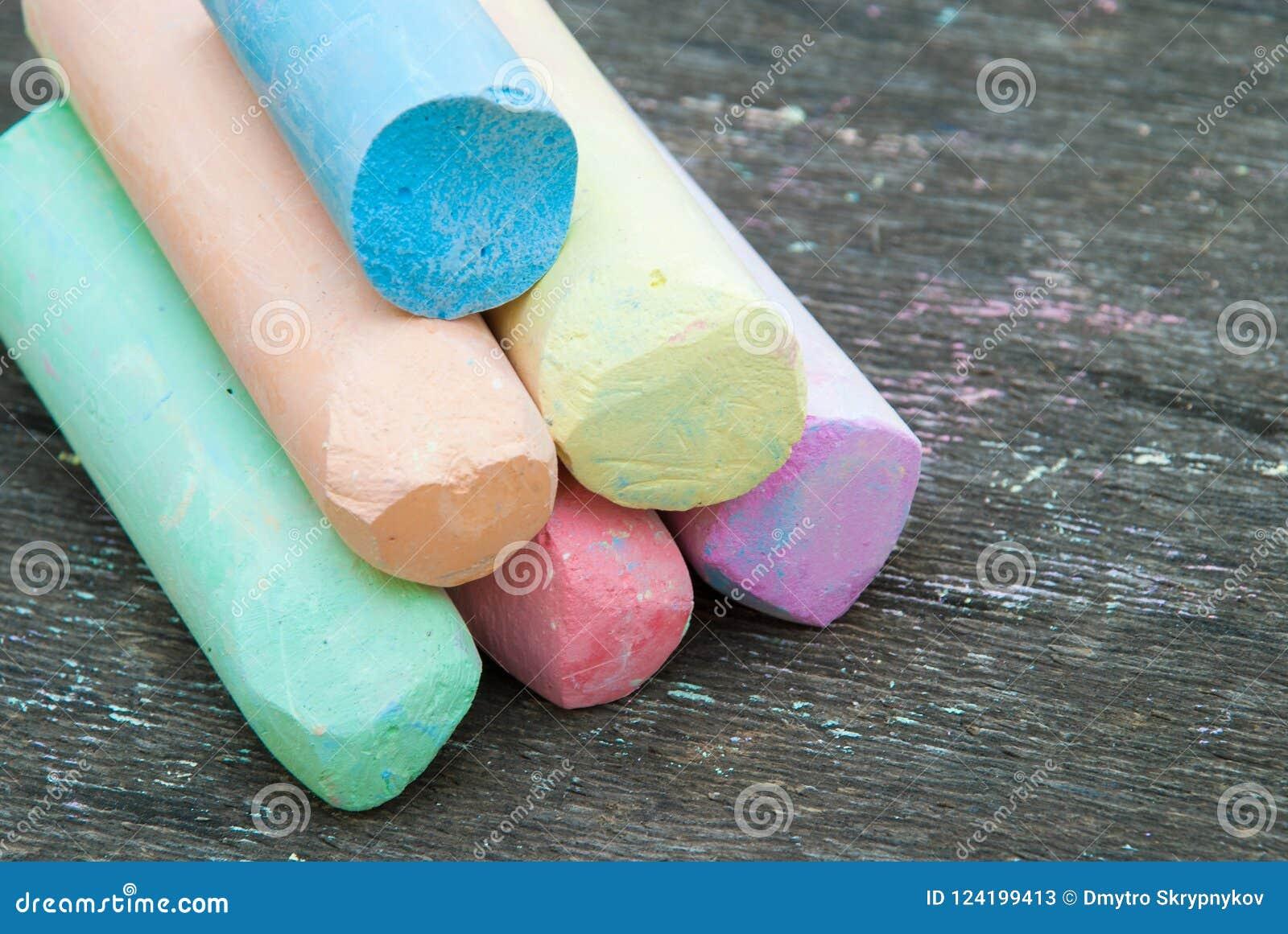 Barwiona kreda dla rysować na drewnianym tle