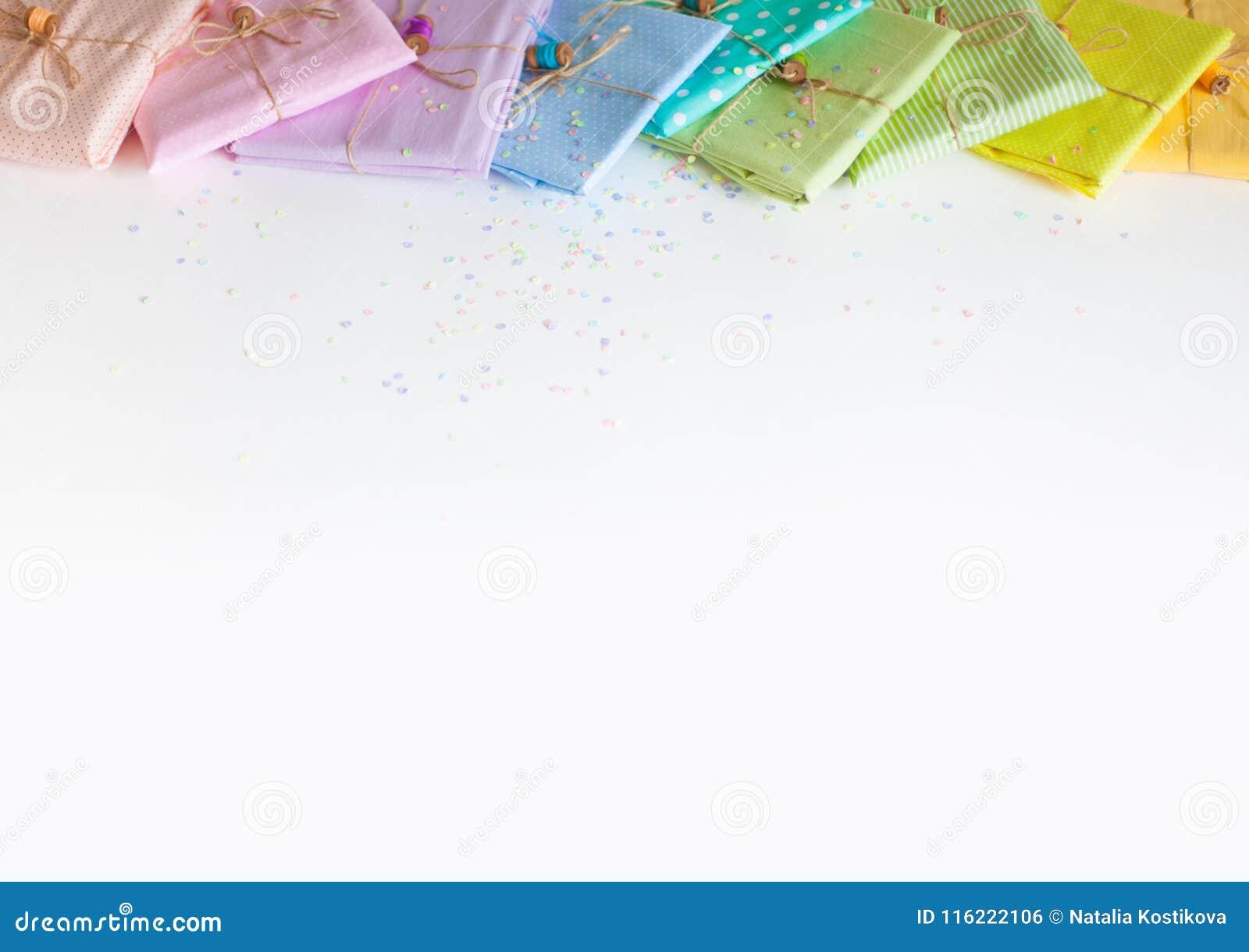 Barwiona tkanina składająca sterta Igielny łóżko, nożyce, pomiarowy klepnięcie