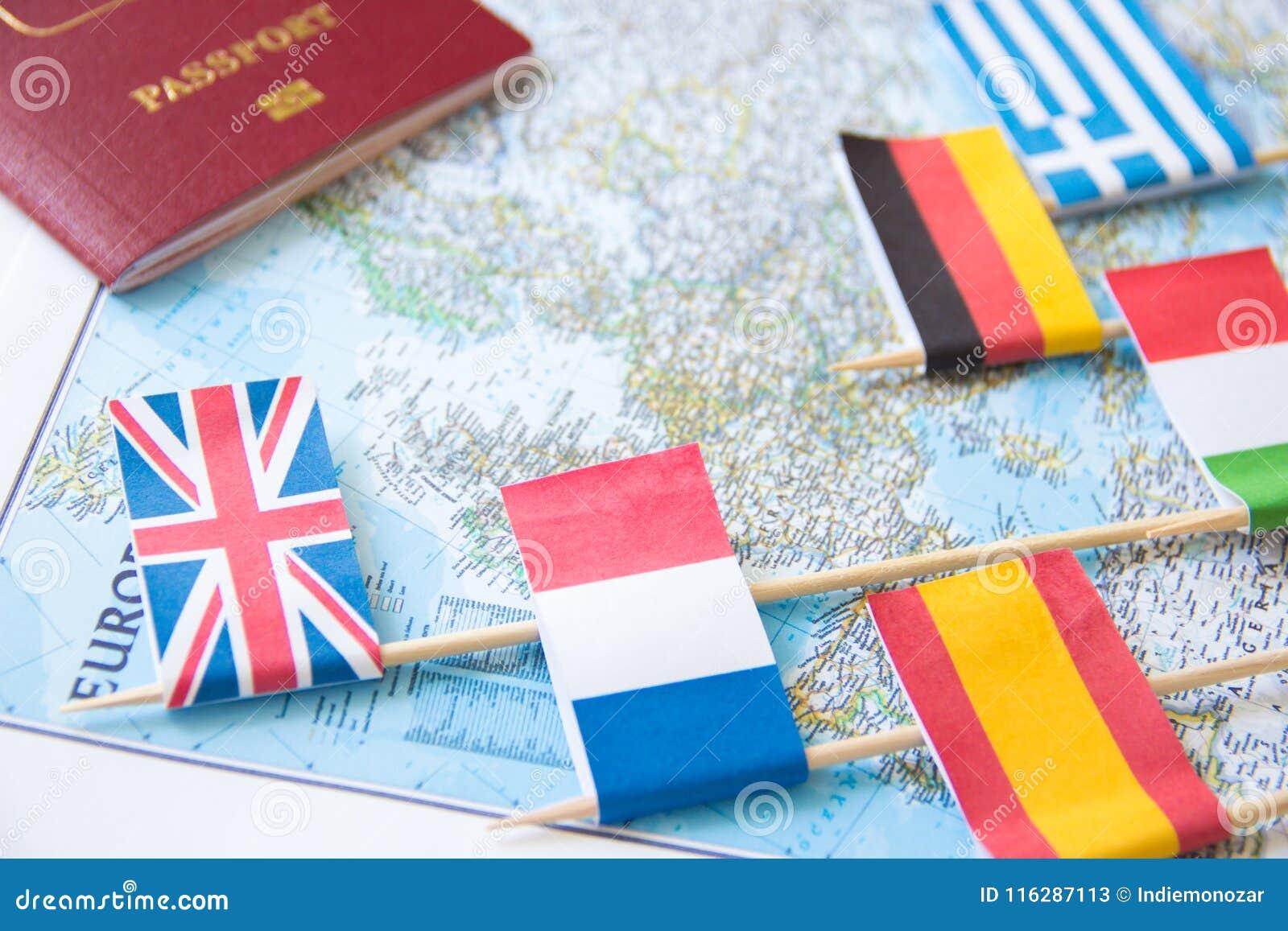 Barwione flaga kraje europejscy i cudzoziemski paszport na mapie: Francja, Włochy, Anglia UK, Hiszpania, Grecja