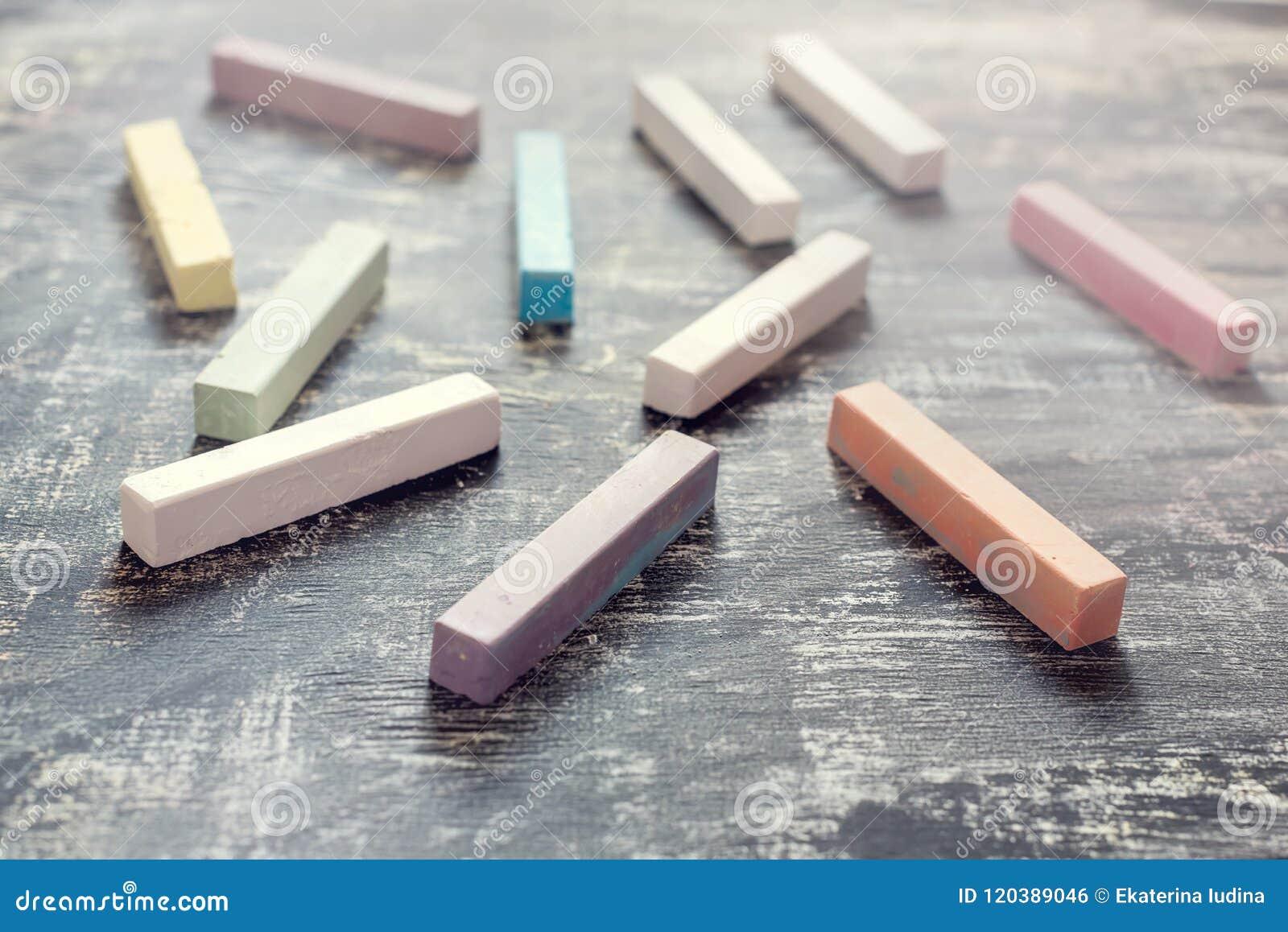Barwioni kreda kije na Chalkboard tła Abstrakcjonistycznym tle Z powrotem szkoła