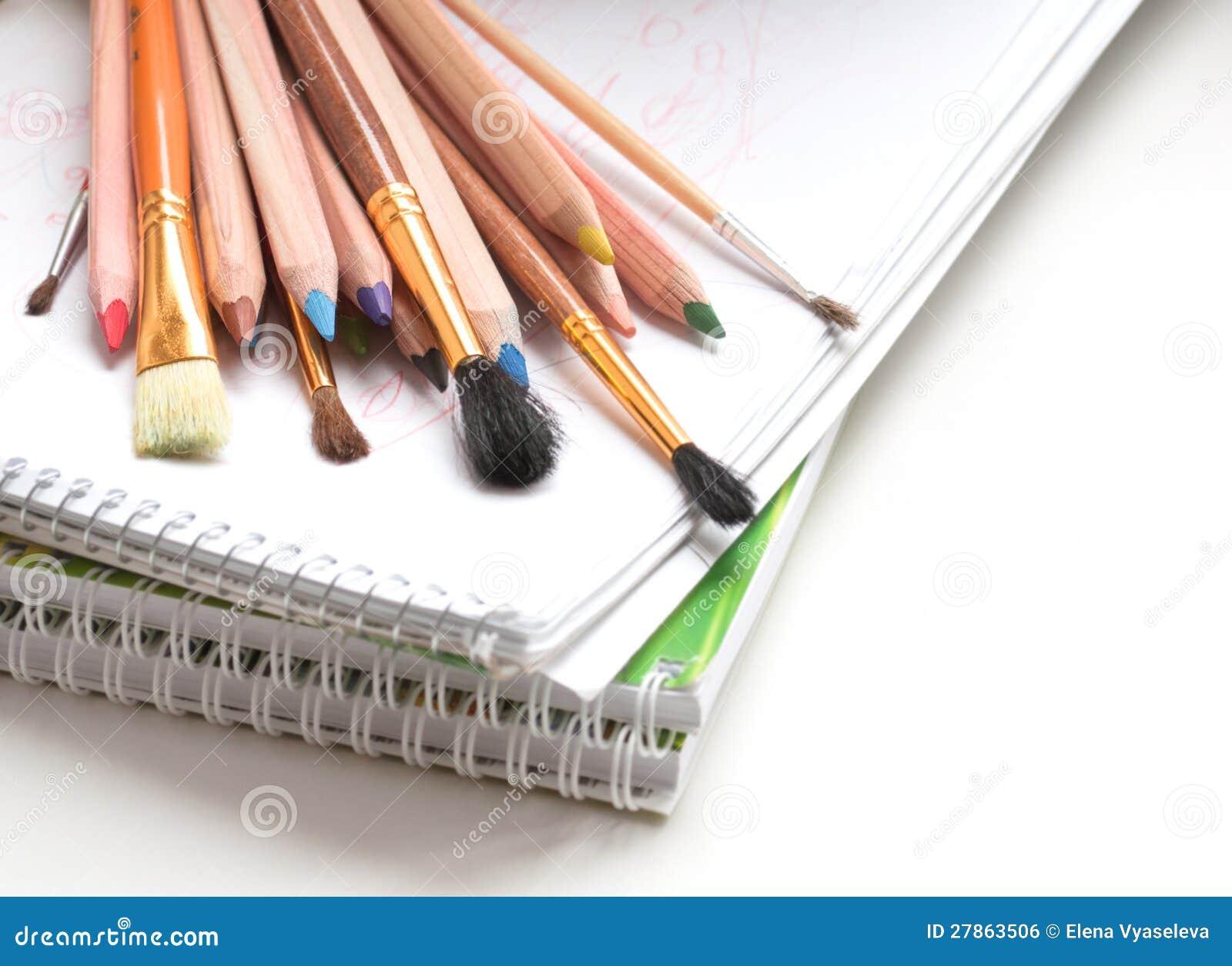 Barwioni ołówki i farb muśnięcia