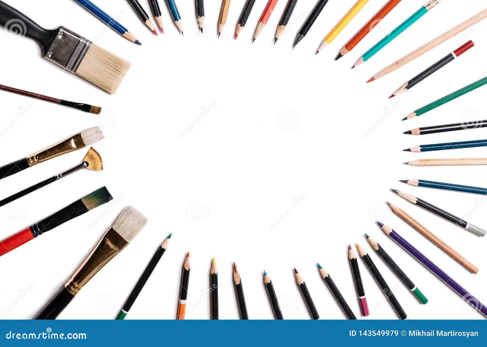 Barwioni ołówki z kitkami odizolowywać na białym tle Wykładający w postaci owalnej ramy z przestrzenią dla teksta lub wizerunku