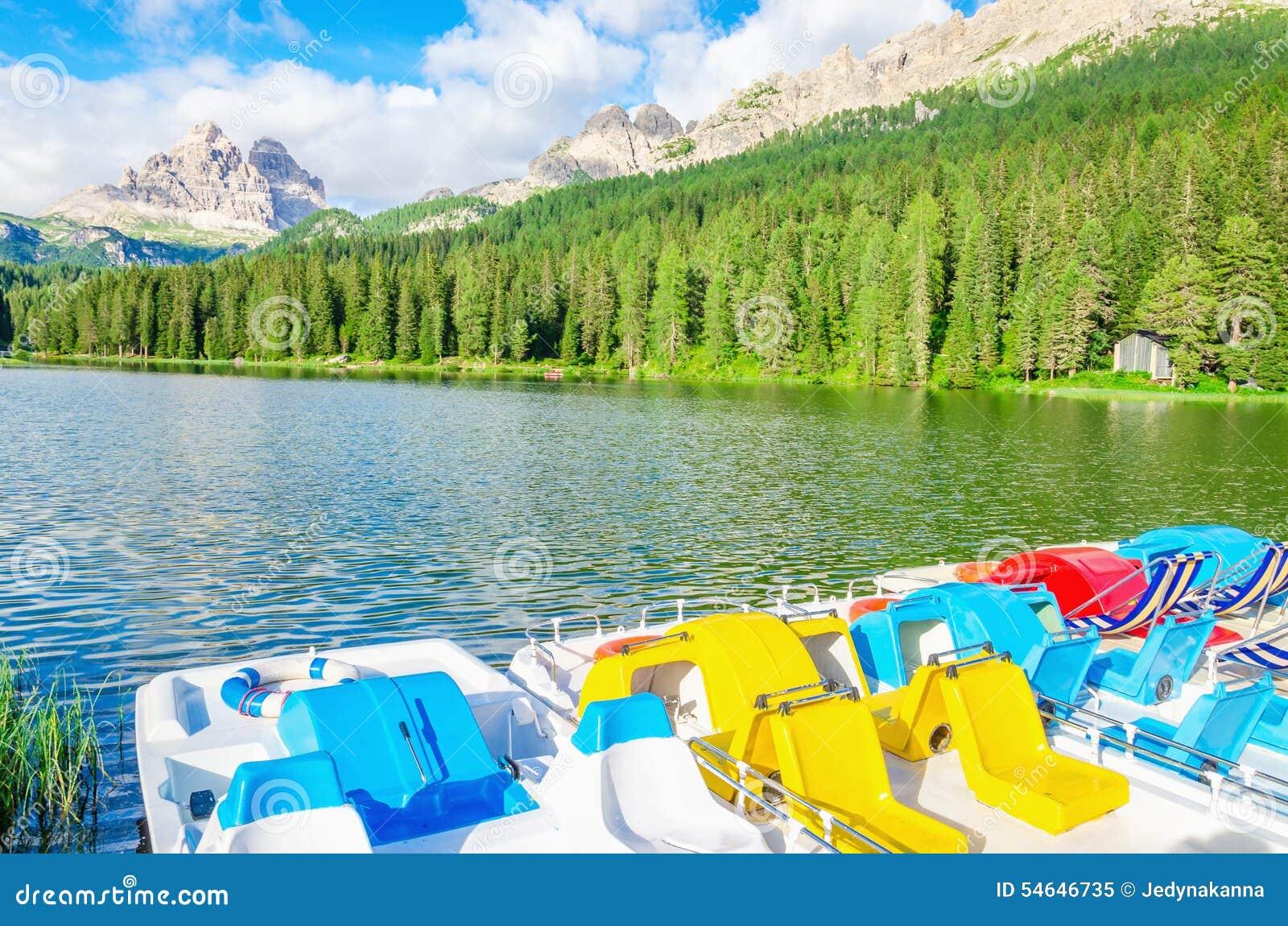 Barwioni pedalos na Jeziornym Misurina w Włochy