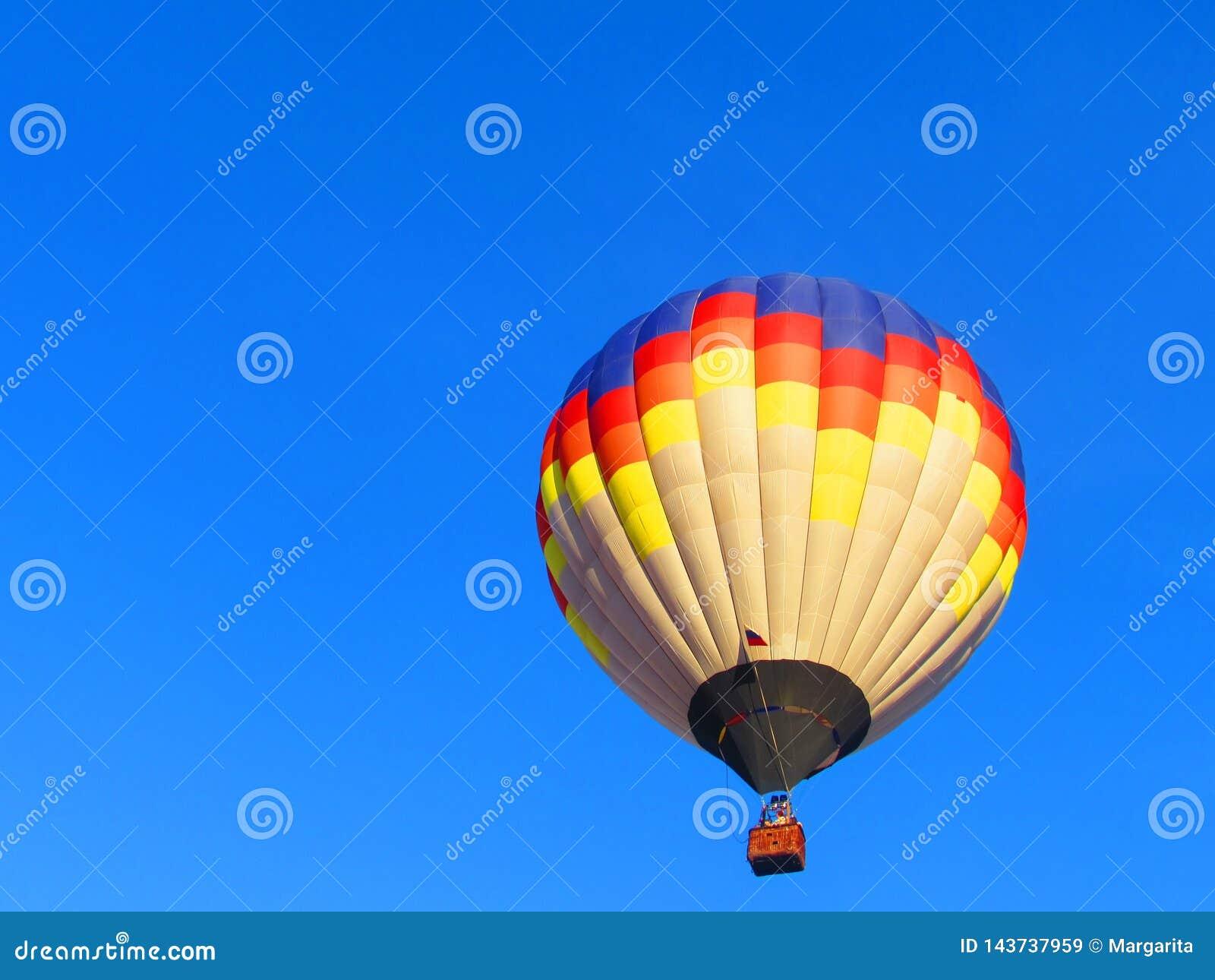 Barwiony balon na niebieskim niebie