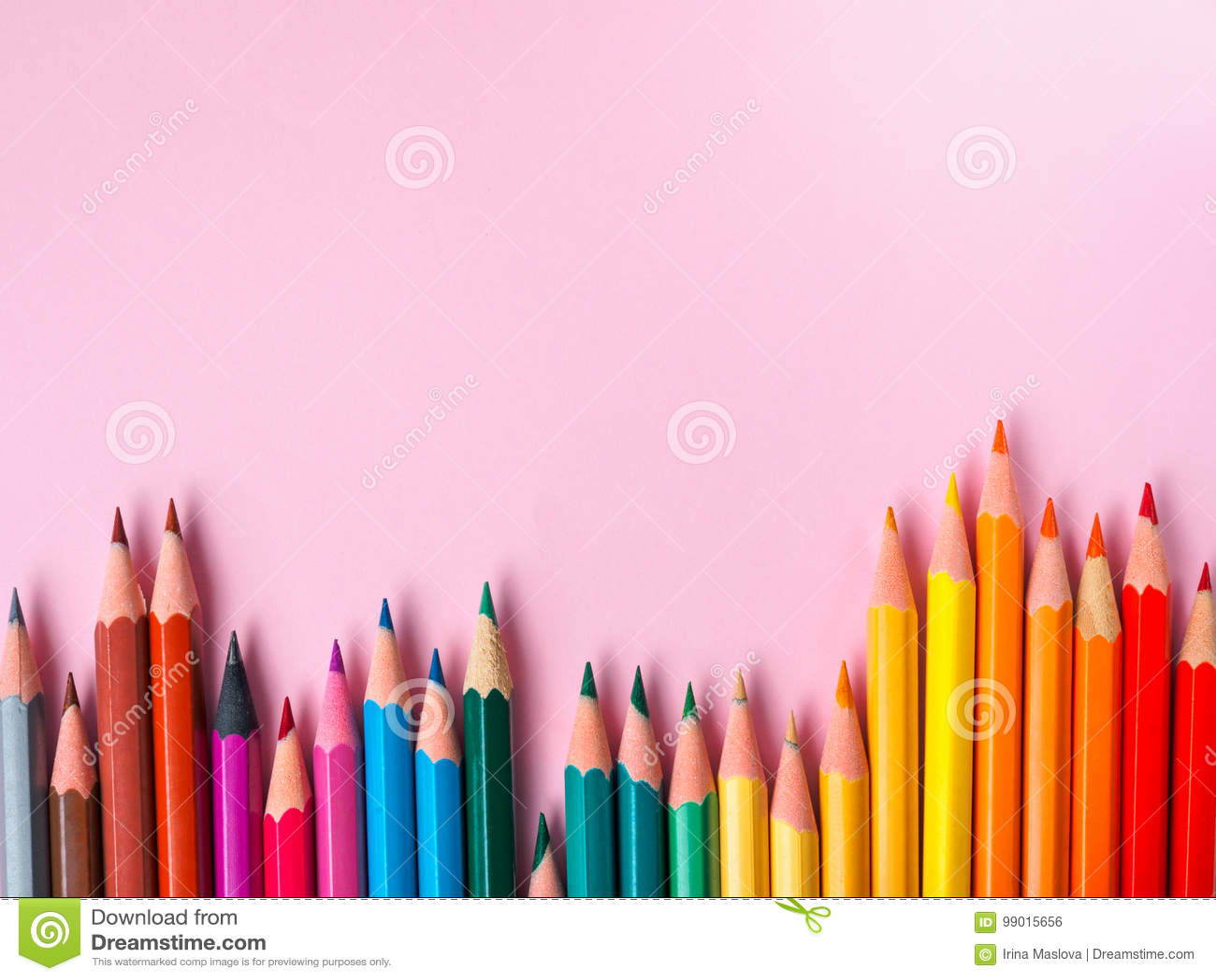 Barwiony ołówek na menchiach tapetuje tło dla rysunkowego koloru okręgu