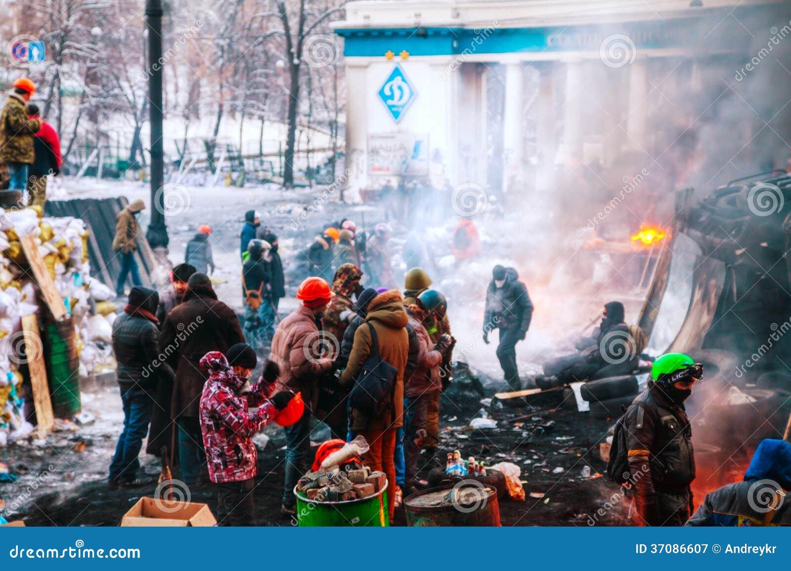 Download Barykada Z Protestującymi Przy Hrushevskogo Ulicą W Kijów, UK Fotografia Editorial - Obraz złożonej z wiec, 1: 37086607
