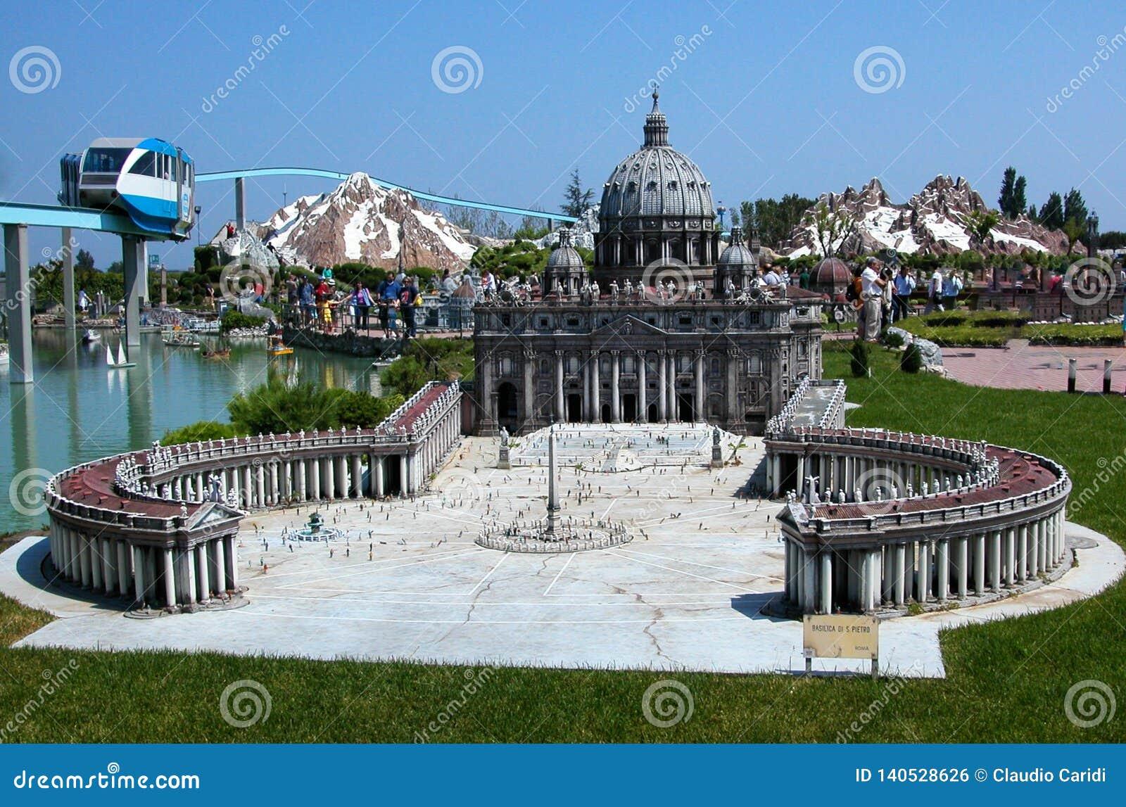 A basílica Roma de St Peter no parque temático 'Itália na miniatura 'Italia no miniatura Viserba, Rimini, Itália