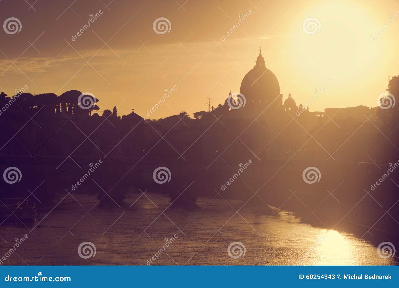 Basílica de San Pedro, Ciudad del Vaticano Río de Tíber en Roma, Italia en la puesta del sol