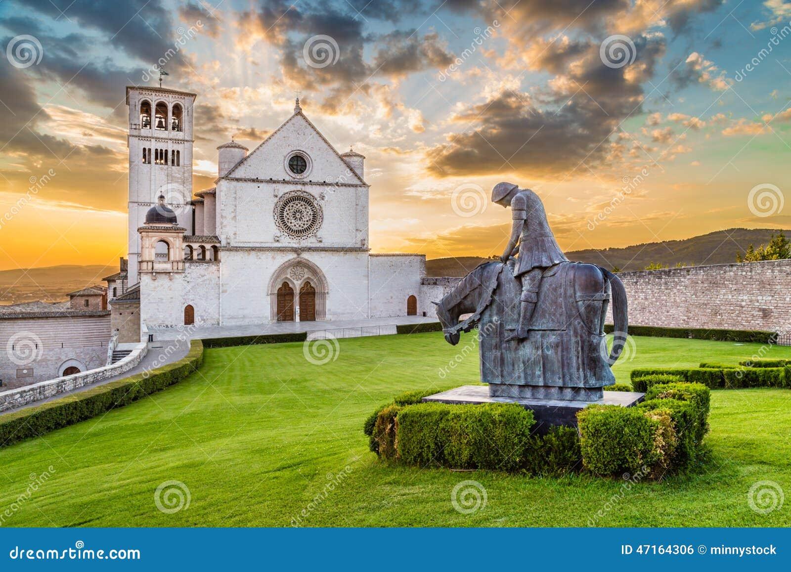 Basílica de St Francis de Assisi no por do sol, Úmbria, Itália
