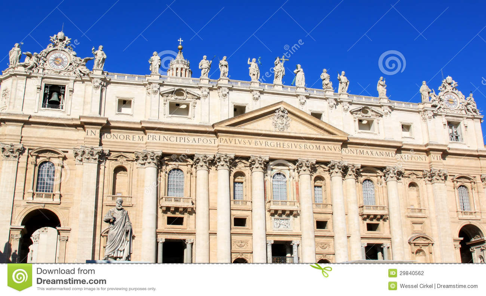 Fachada da basílica de St Peter em Roma, Italia