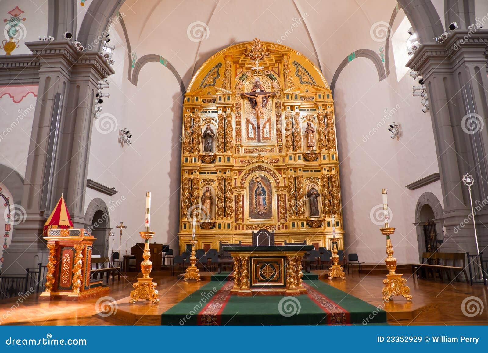 Basílica dourada San Juan Capistrano da missão do altar