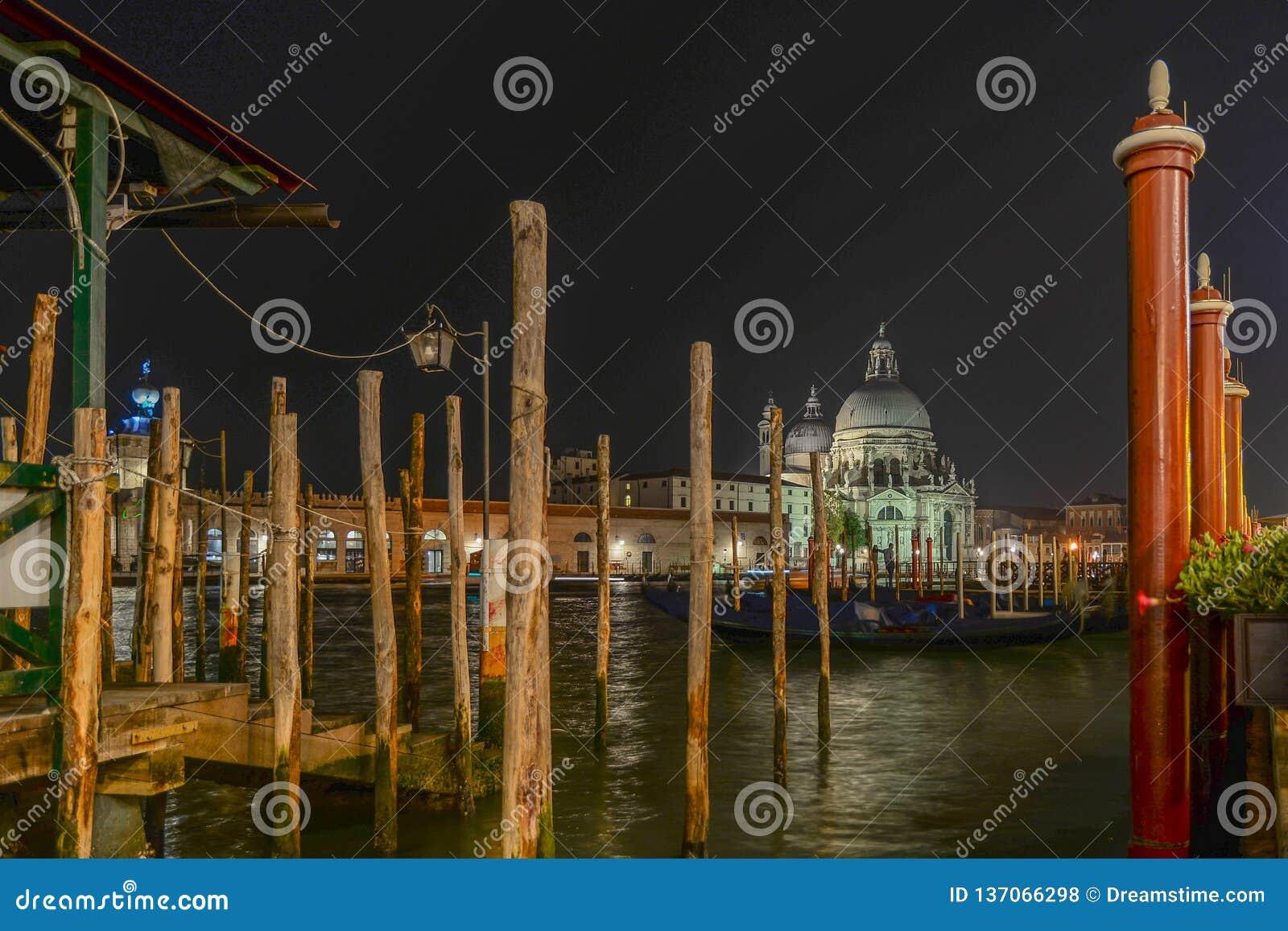 Basílica Santa Maria della Salute en la noche