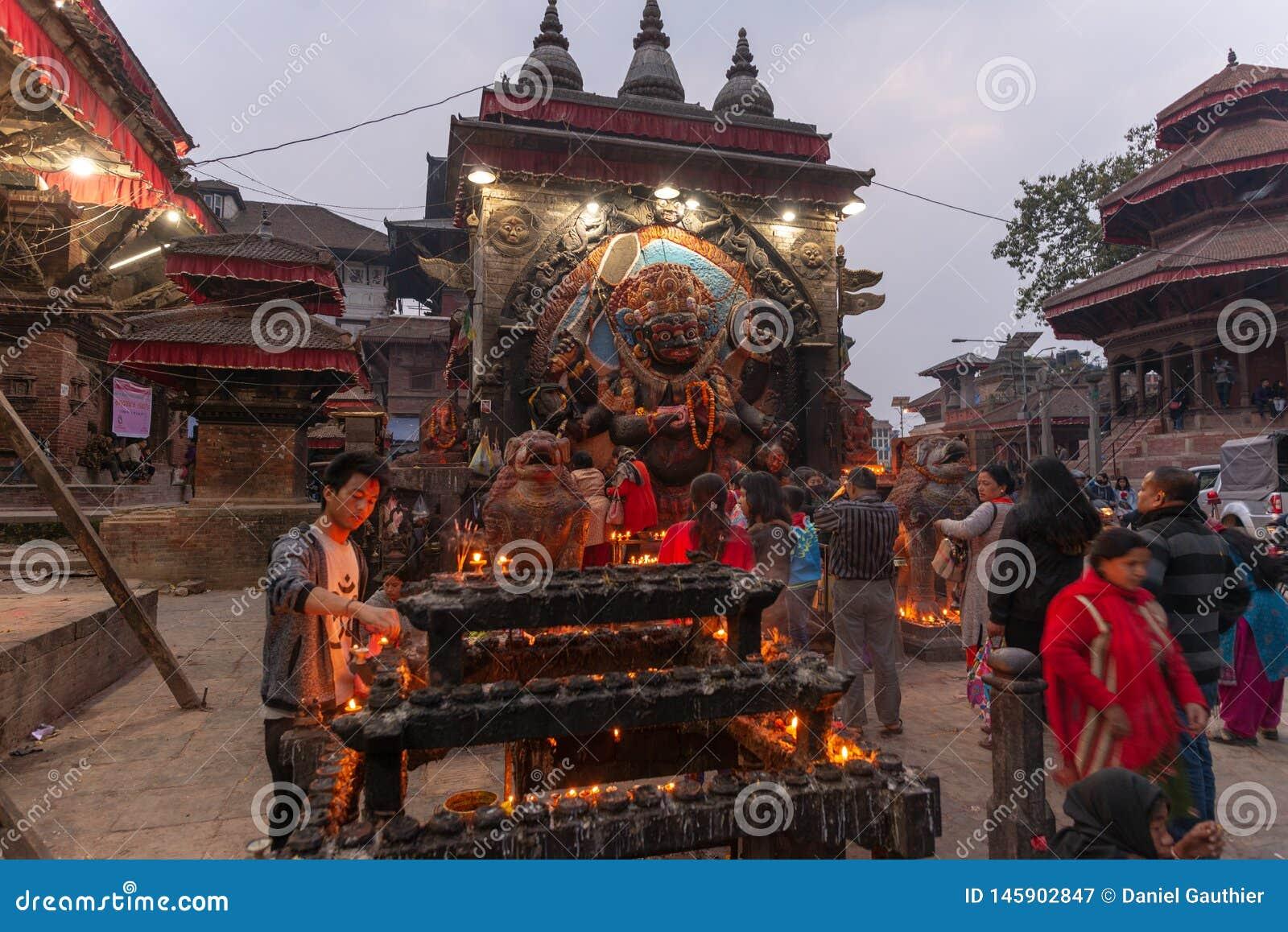 Bas-ανακούφιση Hanuman στην πλατεία Durbar στο σούρουπο