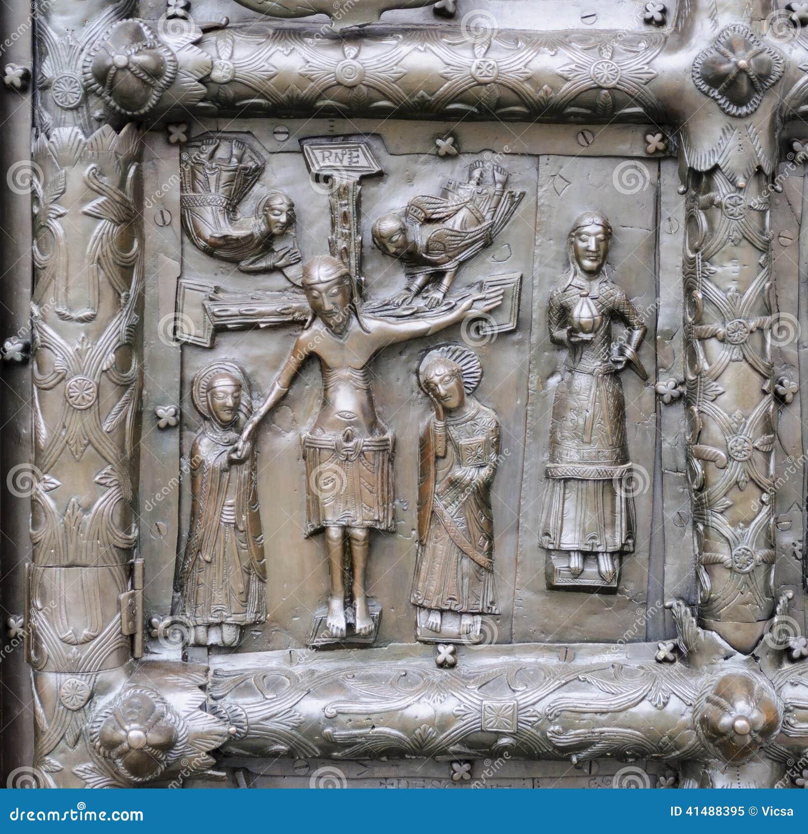 Bas-hulp met Jesus Christ op oude bronspoort in Veliky Nr