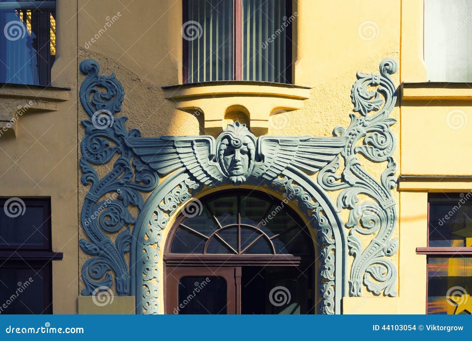Bas-hulp over de ingang aan het Jugendstilgebouw in Riga