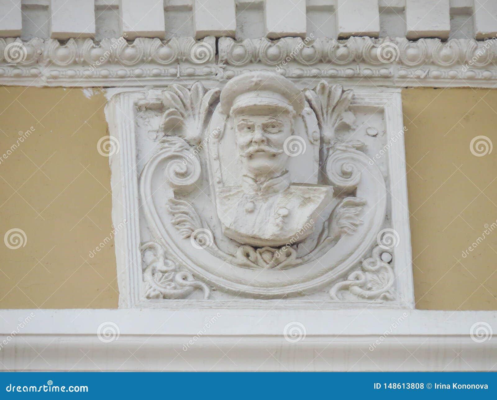 Bas-relevo acidentalmente preservado de Stalin na fachada da constru??o velha da administra??o Leste-Siberian da estrada de ferro