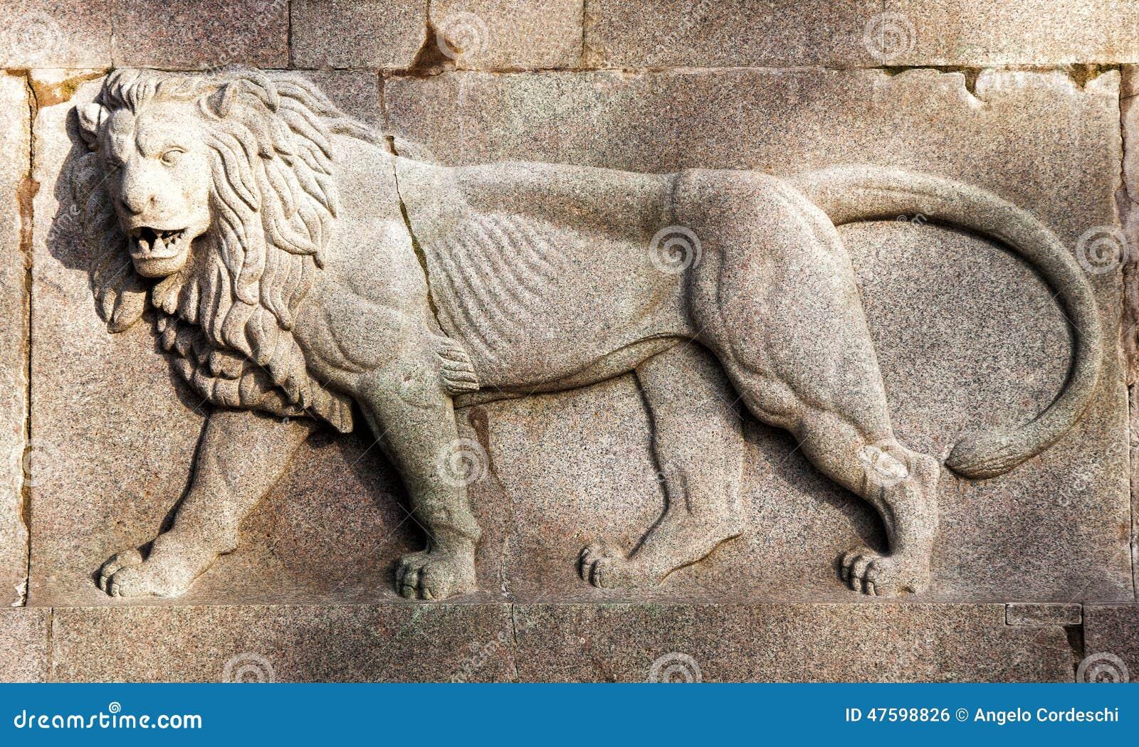 Bas-relief de lion sur la pierre de travertin Monument équestre de garibaldi Beaux vieux hublots à Rome (Italie)