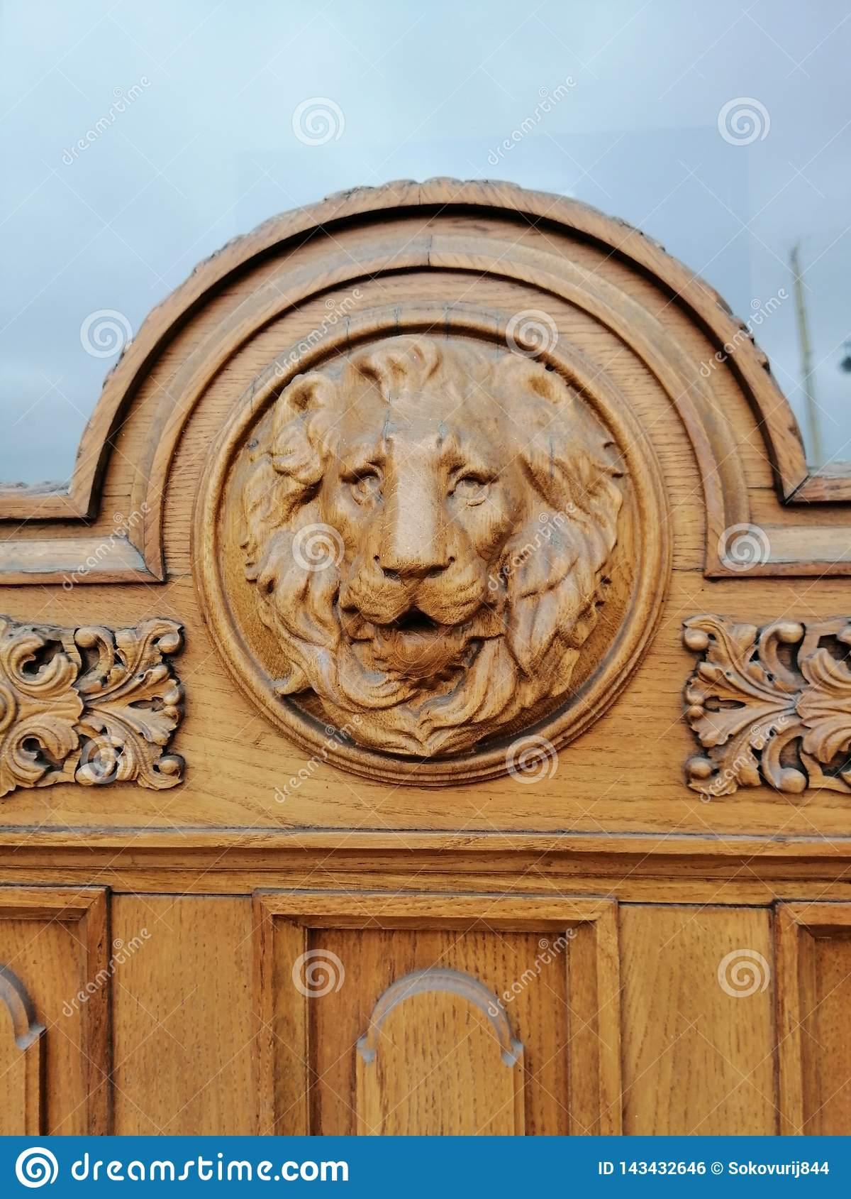 Bas-relief de lion sur la porte de la maison